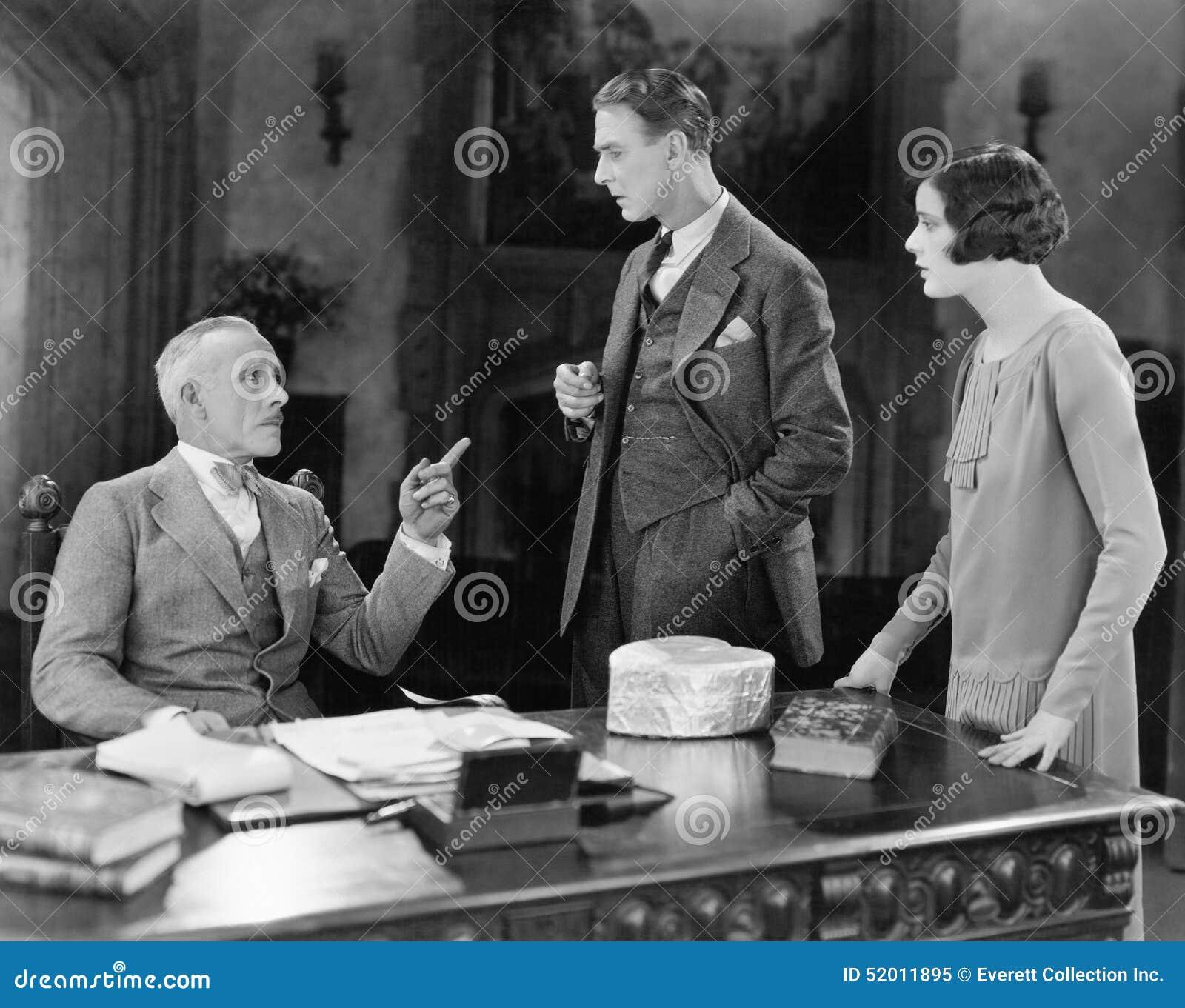 Biznesmena spotkanie z mężczyzna i kobieta (Wszystkie persons przedstawiający no są długiego utrzymania i żadny nieruchomość istn