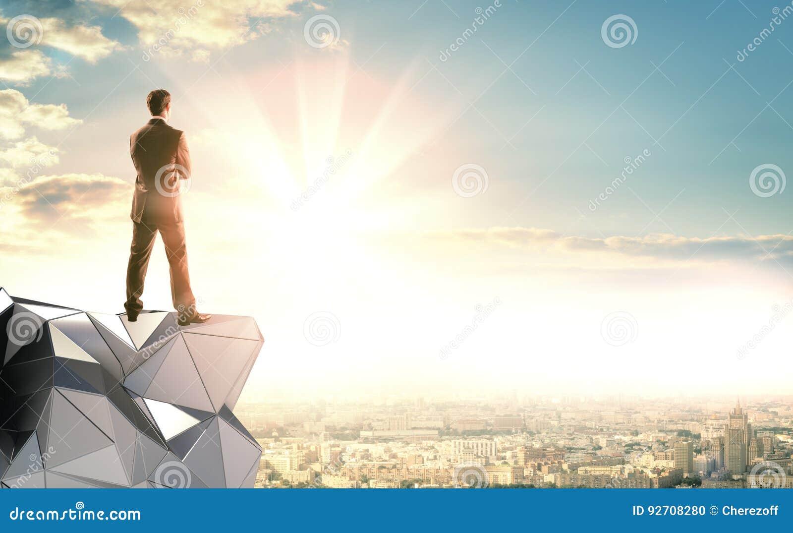 Biznesmena stojaki na abstrakcjonistycznej budowie