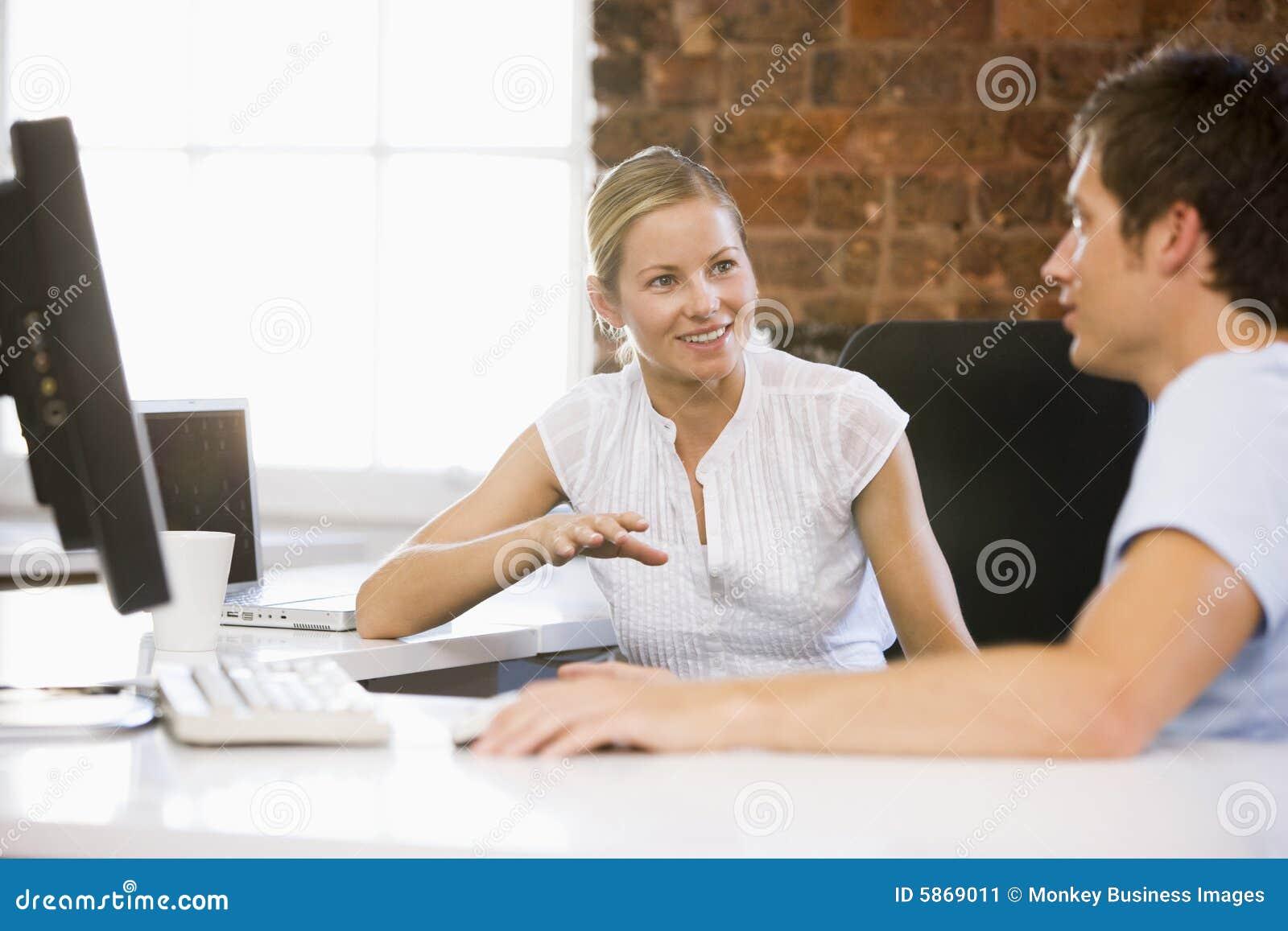 Biznesmeni biurowe uśmiecha się do dwóch