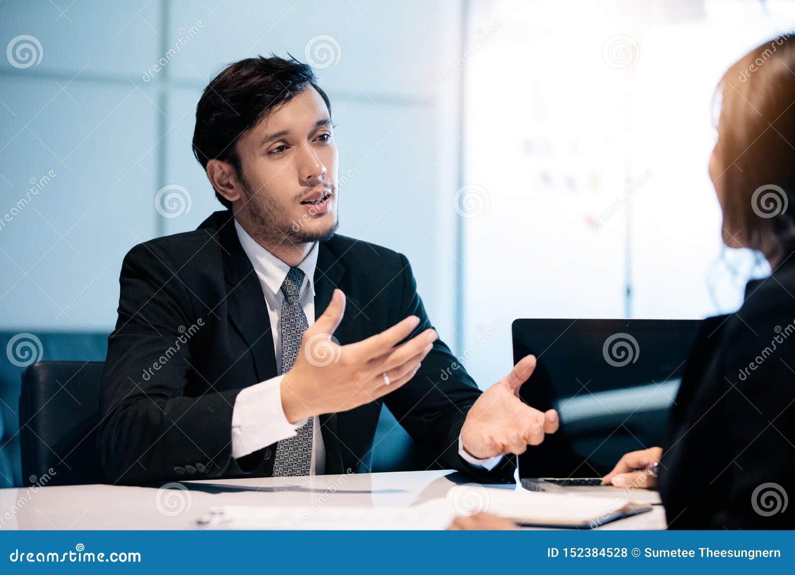 Biznesmeni i bizneswomany dyskutuje dokumenty dla akcydensowego wywiadu poj?cia