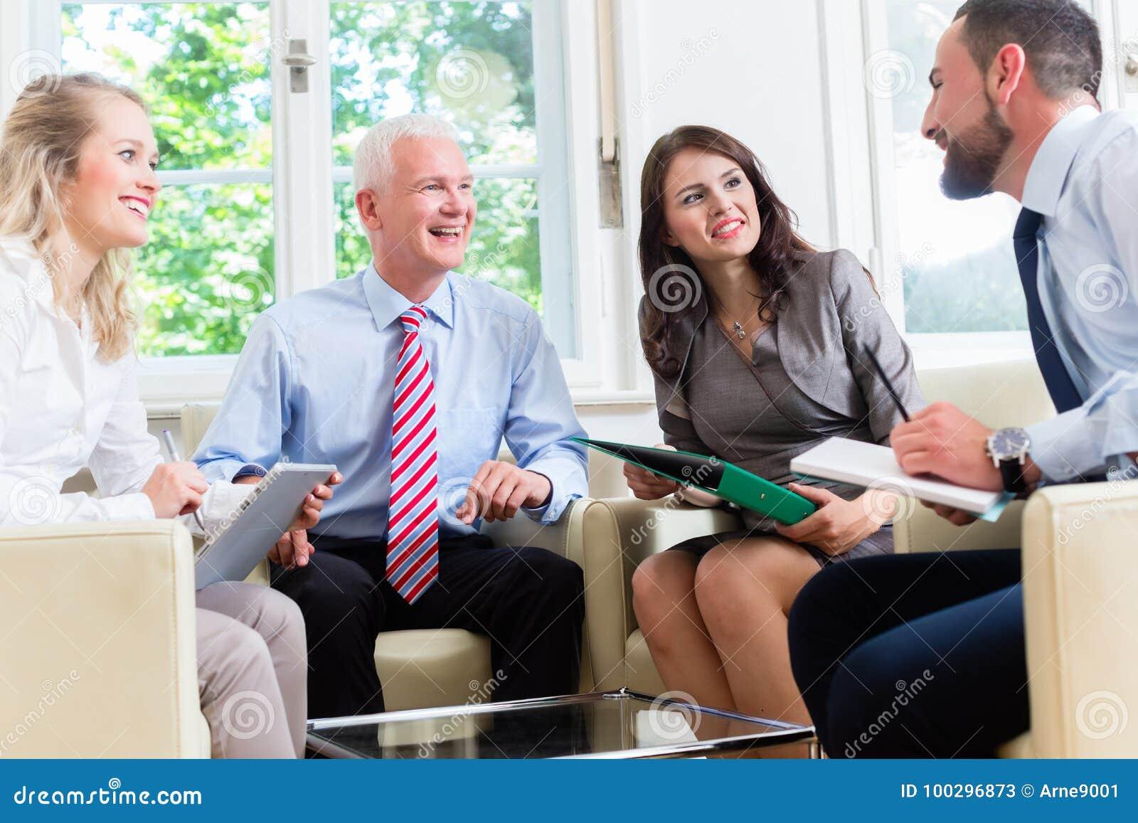 Biznesmeni ma dyskusję w biurze