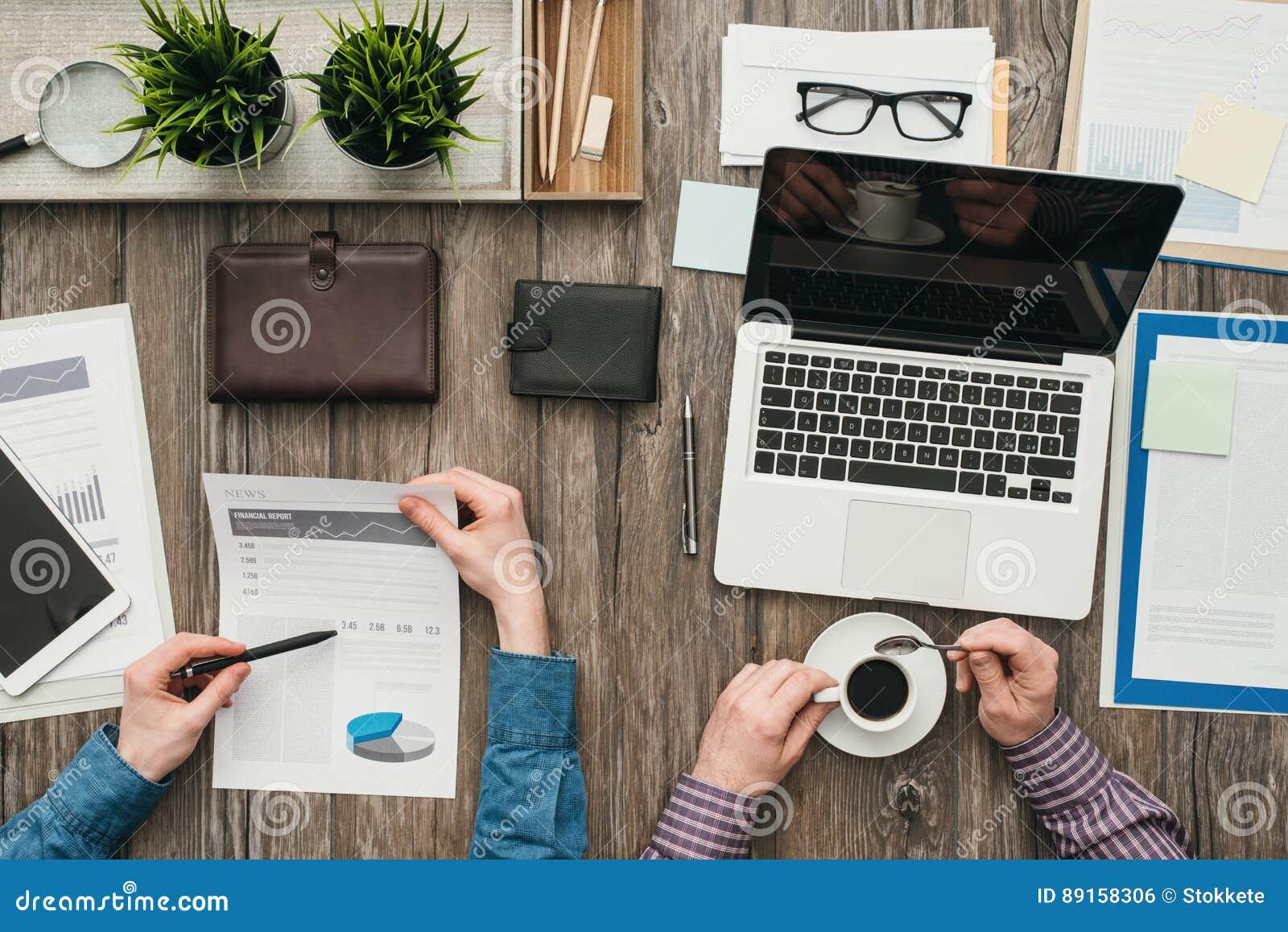 Biznesmeni pracuje w biurze