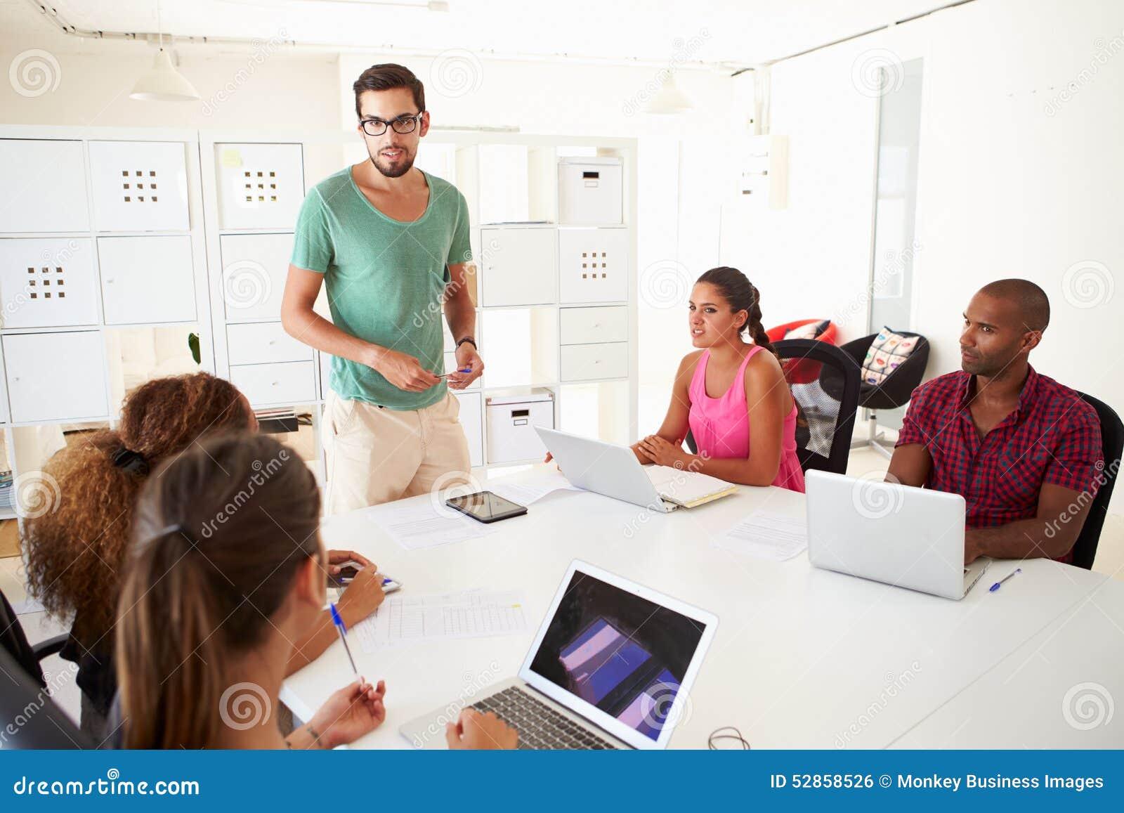 Biznesmeni Spotyka W biurze Zaczynają Up biznes