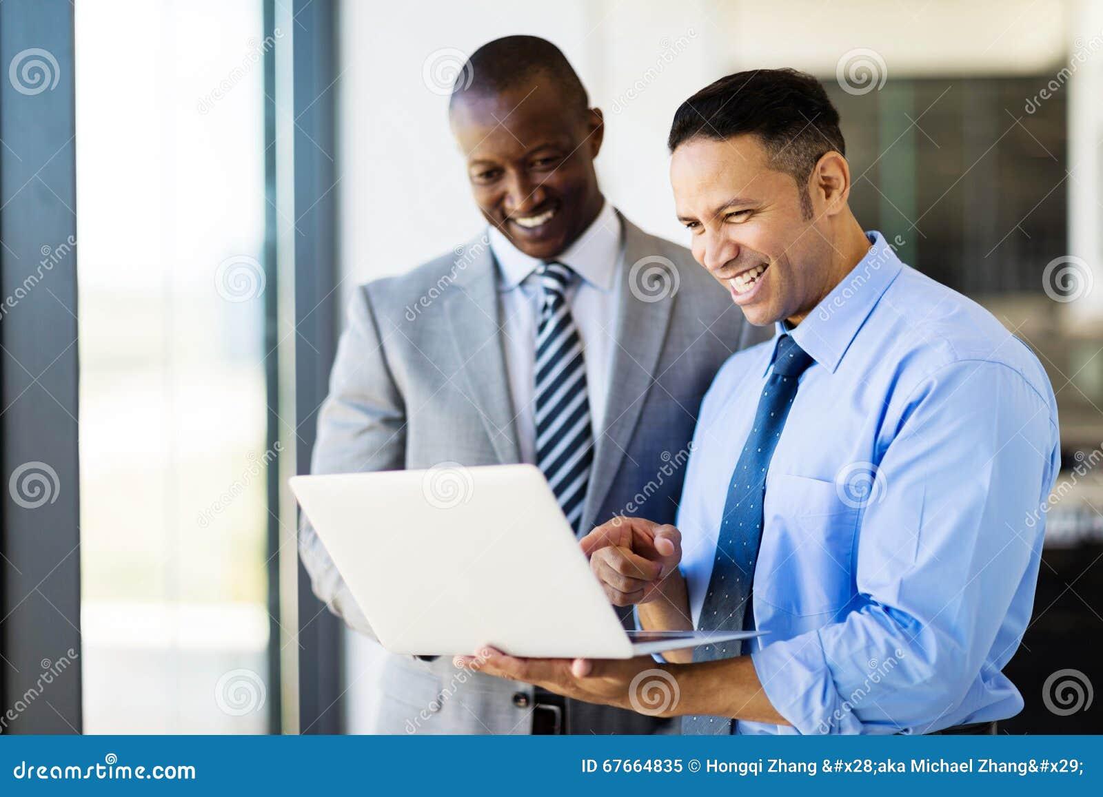 Biznesmeni używa laptop