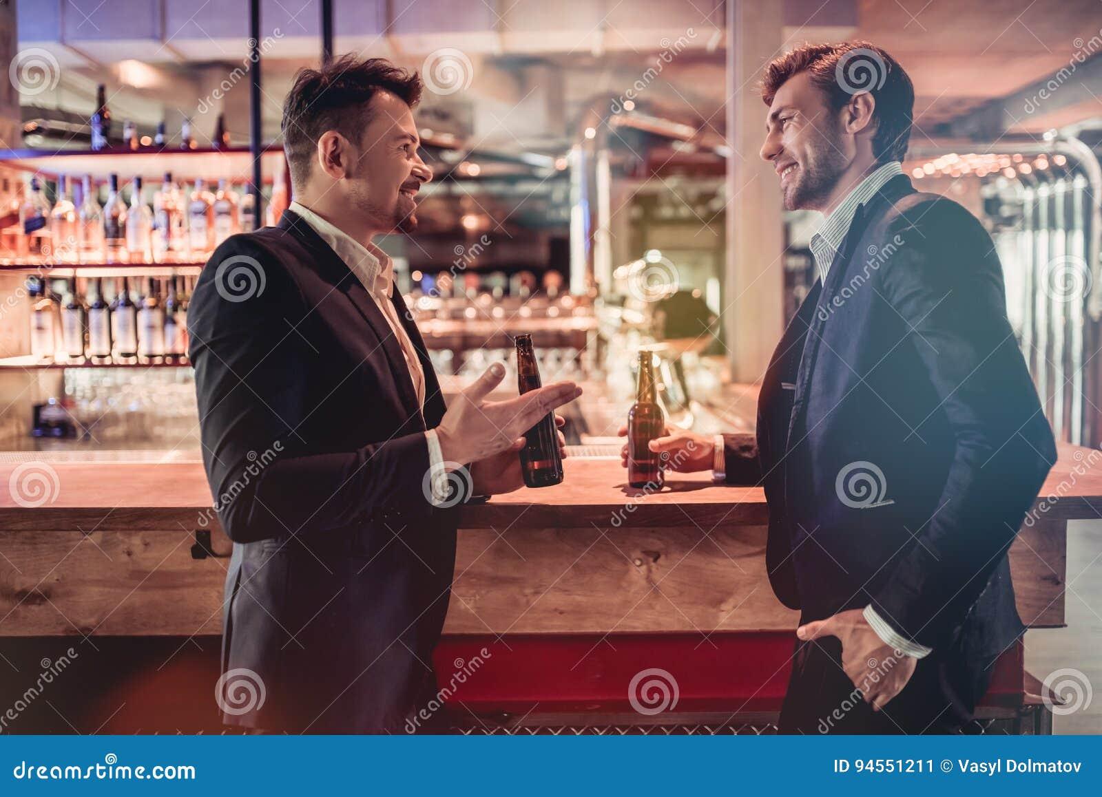 Biznesmeni w barze