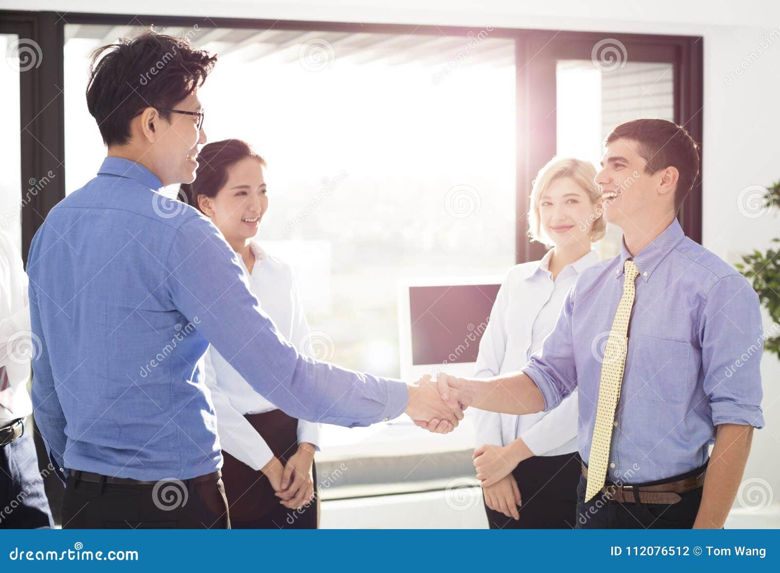 Biznesmeni zamykają biurowego ręki chwianie biurowy