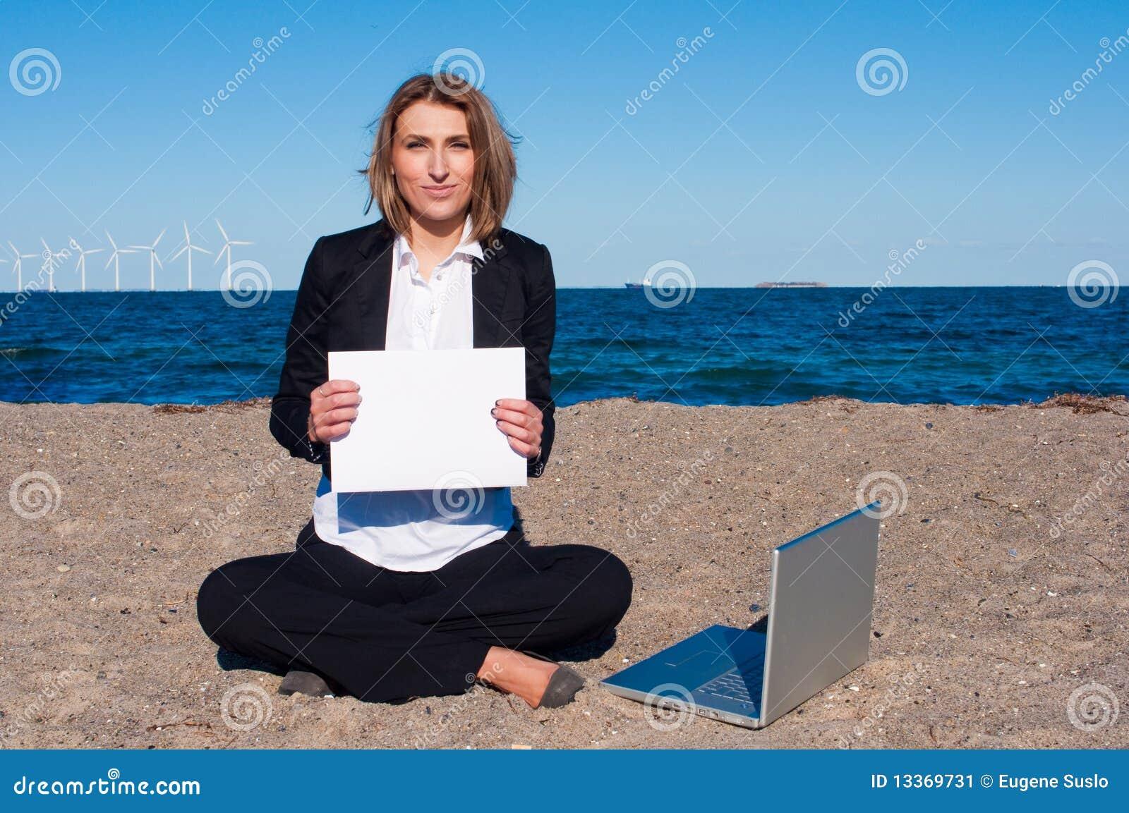 Biznesowa copyspace laptopu piaska kobieta