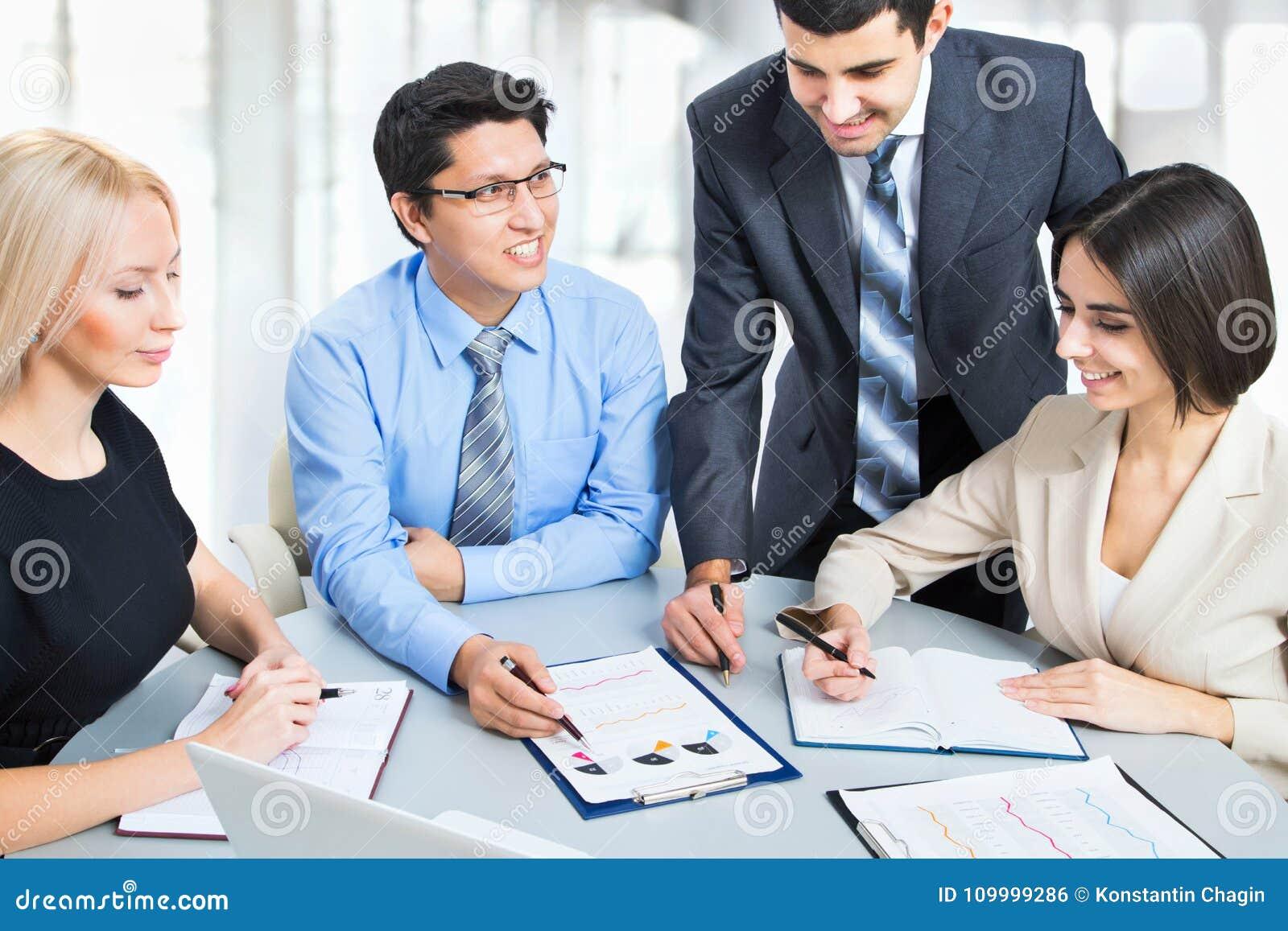 Biznesowa drużyna cztery planów praca