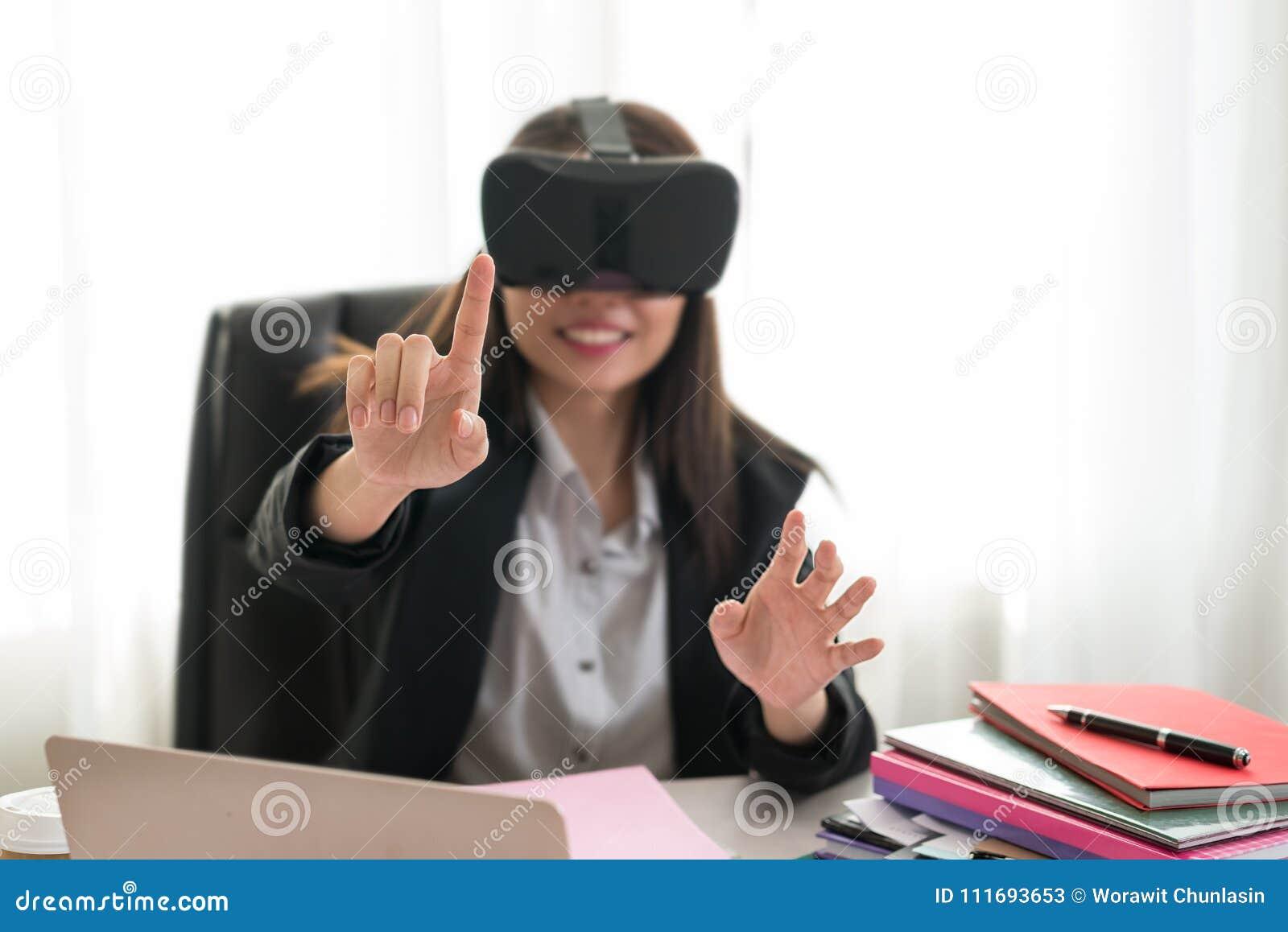 Biznesowa kobieta Dotyka coś przy stołem z vr szkłami ja