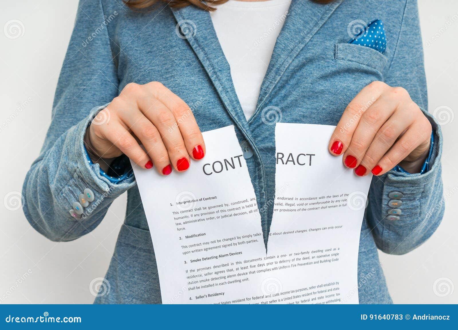 Biznesowa kobieta drzeje kontrakt