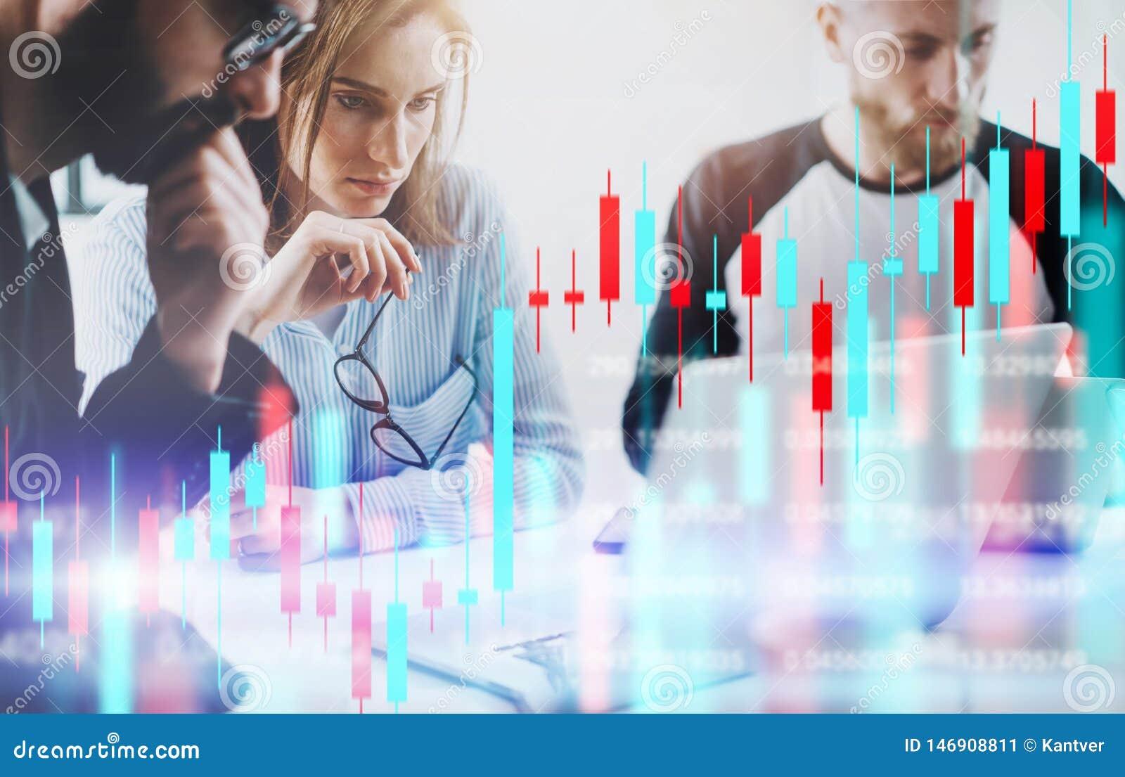 Biznesowa kobieta i jej koledzy siedzi frontowego laptop z pieniężnymi wykresami i statystykami na monitorze kopia