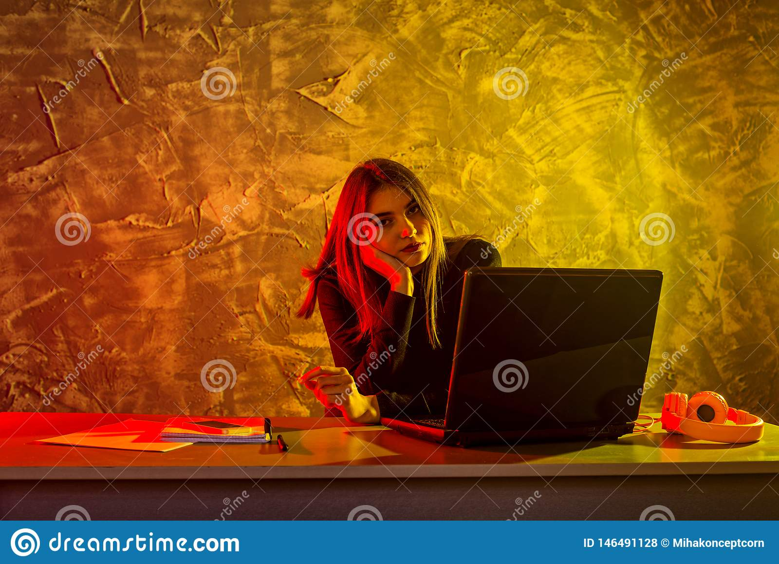 Biznesowa kobieta pracuje na laptopie, stresująca sytuacja