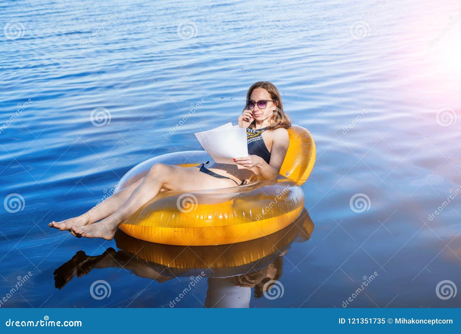 Biznesowa kobieta pracuje na wakacje, daleka praca