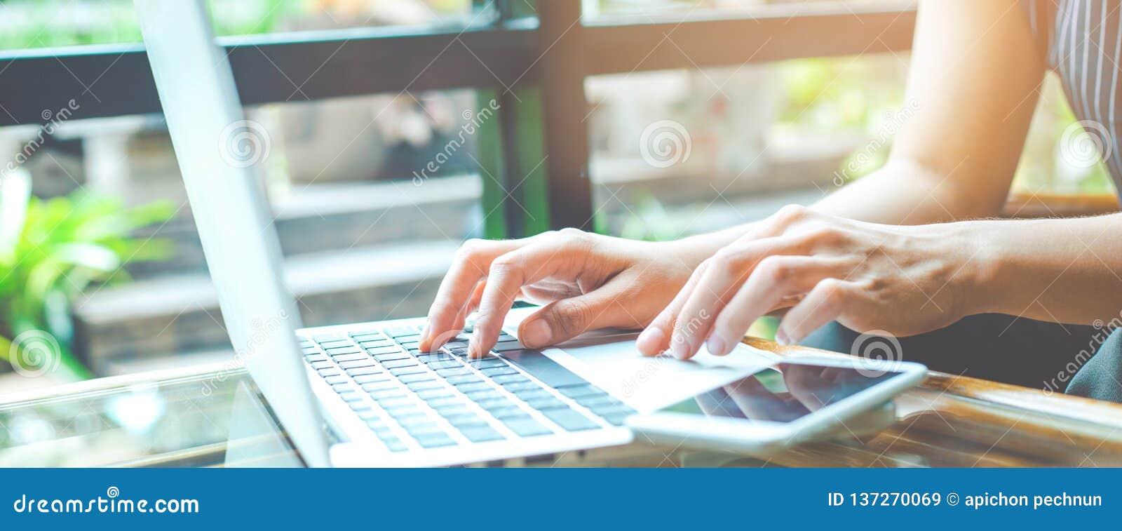 Biznesowa kobieta pracuje z laptopem i używa telefon komórkowego w biurze