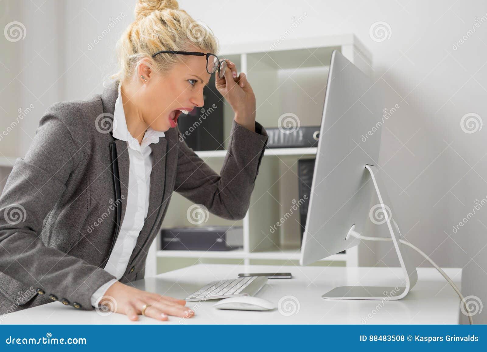 Biznesowa kobieta przy biurem jest gniewny