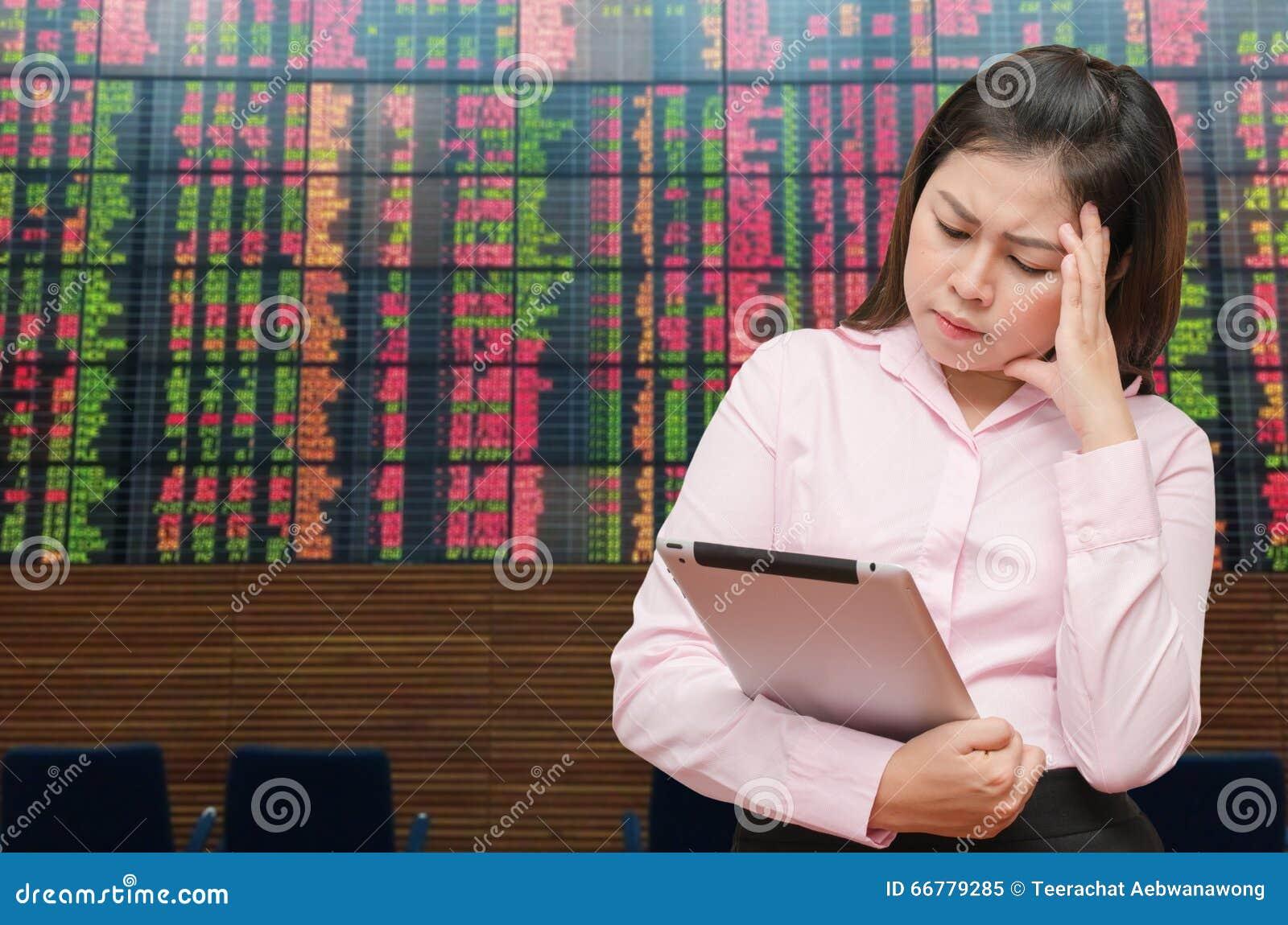Biznesowa kobieta widzii pastylka ekran dla straty cenić bólowego napięcie z zapas deską i czuć
