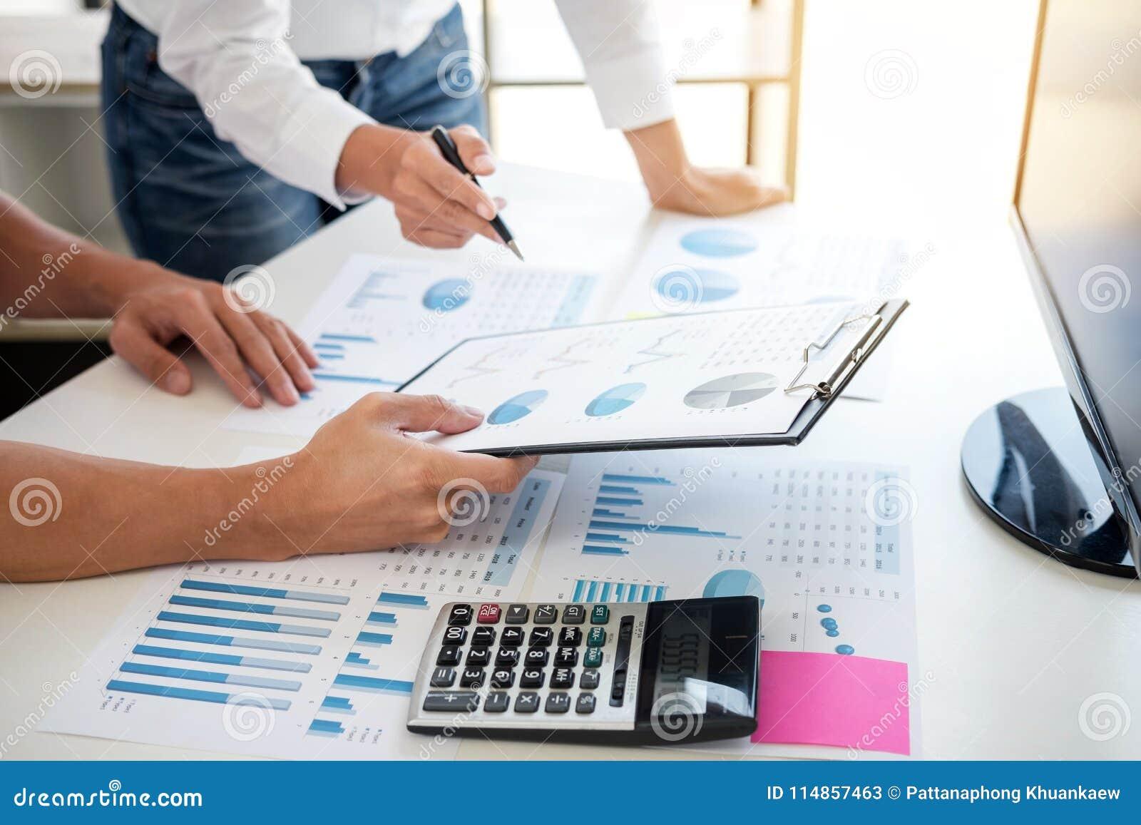 Biznesowa księgowy bankowość, partner biznesowy ofiara kalkuluje