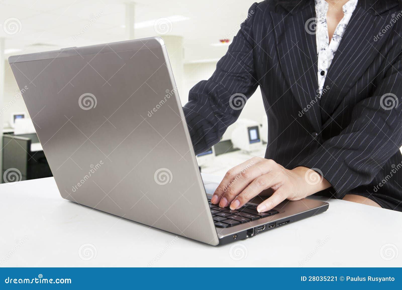 Biznesowa praca z laptopem przy biurem