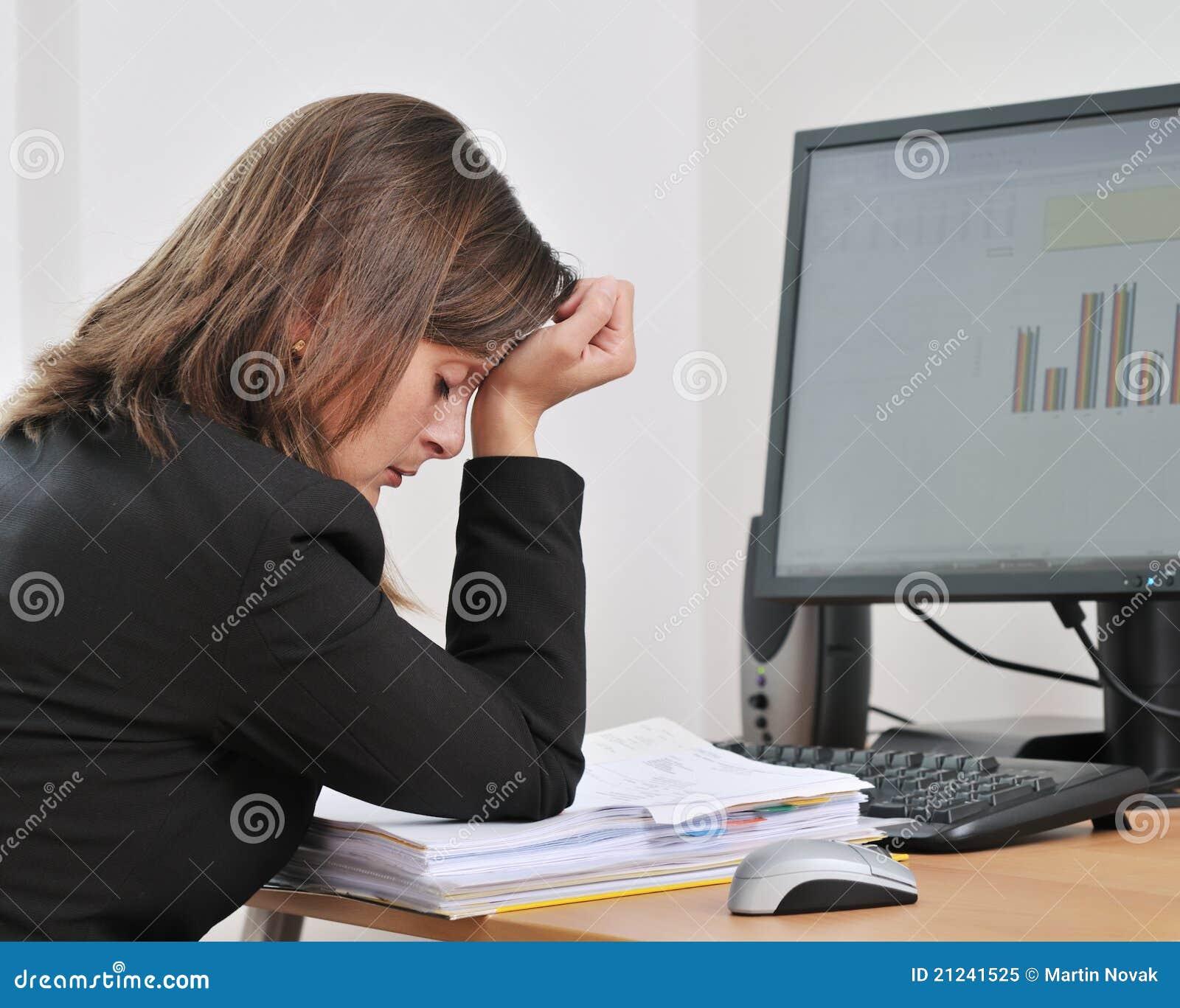 Biznesowa przygnębiona osoba męcząca praca