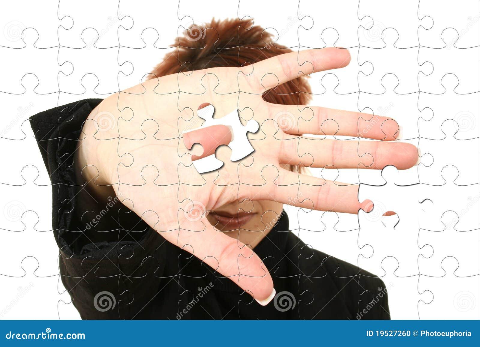 Biznesowa ręki mienia kawałka łamigłówki kobieta
