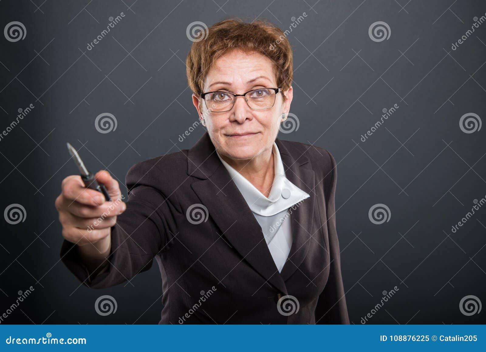 Biznesowa starsza dama wręcza śrubokręt