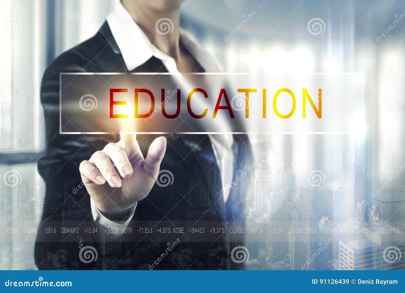 Biznesowe kobiety dotyka edukacja ekran