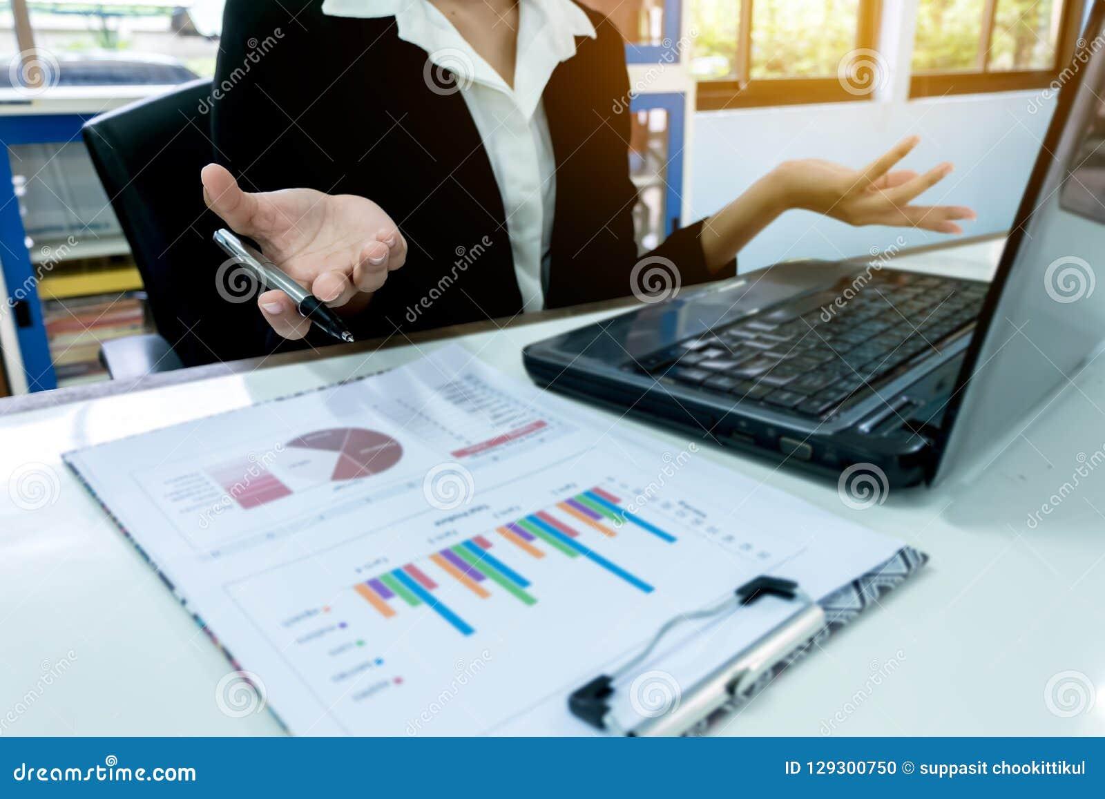 Biznesowe kobiety pisze przy wykresem W górę ręki z papierem