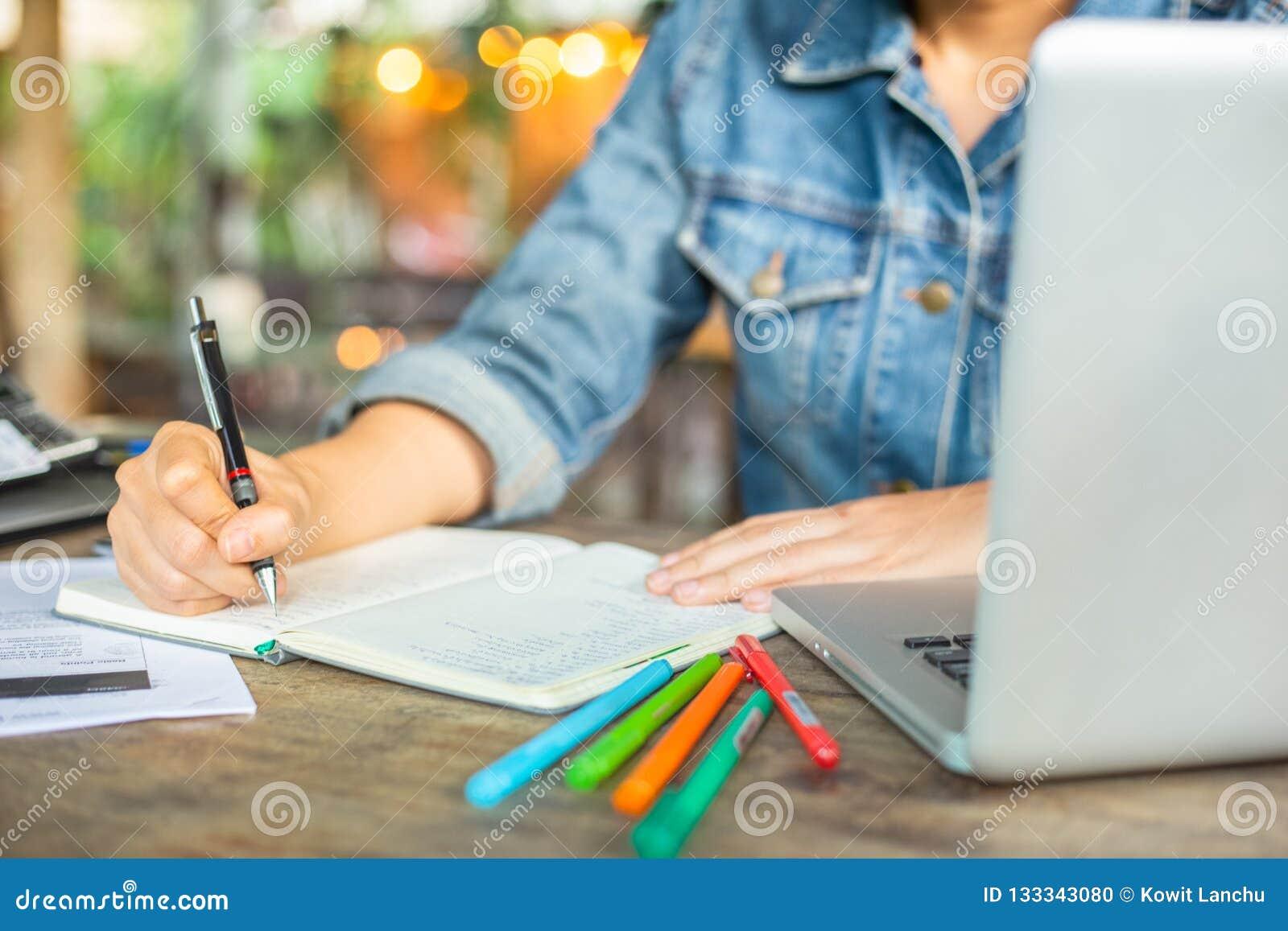 Biznesowe kobiety pracują na biurka biurze z jej komputerowym laptopem i pisać uzasadnia inwestycję wewnętrzny projekt kieruje