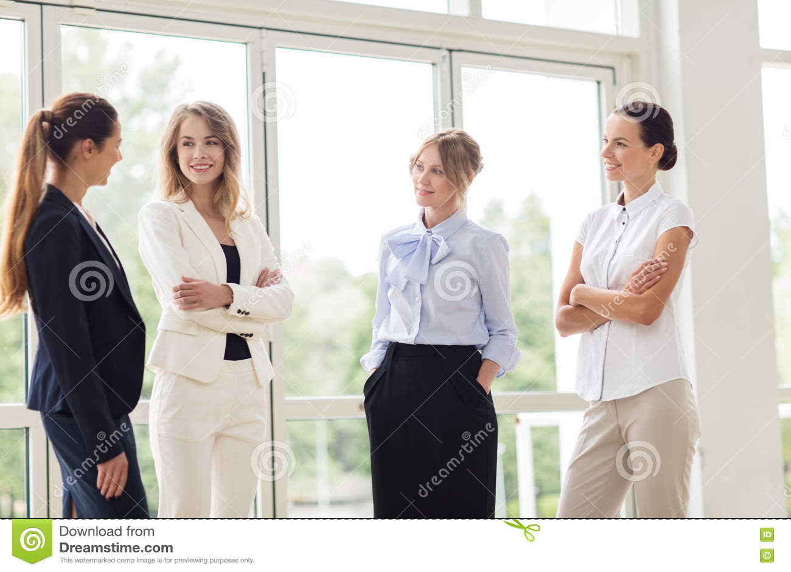 Biznesowe kobiety spotyka przy biurem i opowiadać