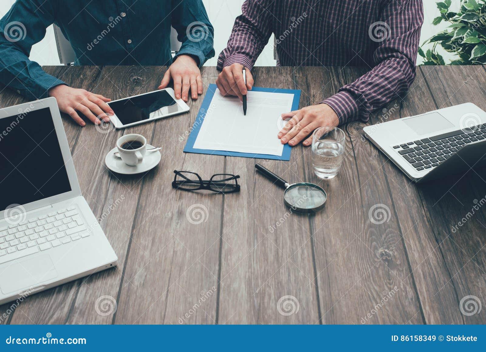 Biznesowego biznesmena cmputer biurka laptopu spotkania ja target1953_0_ target1954_0_ używać kobiety