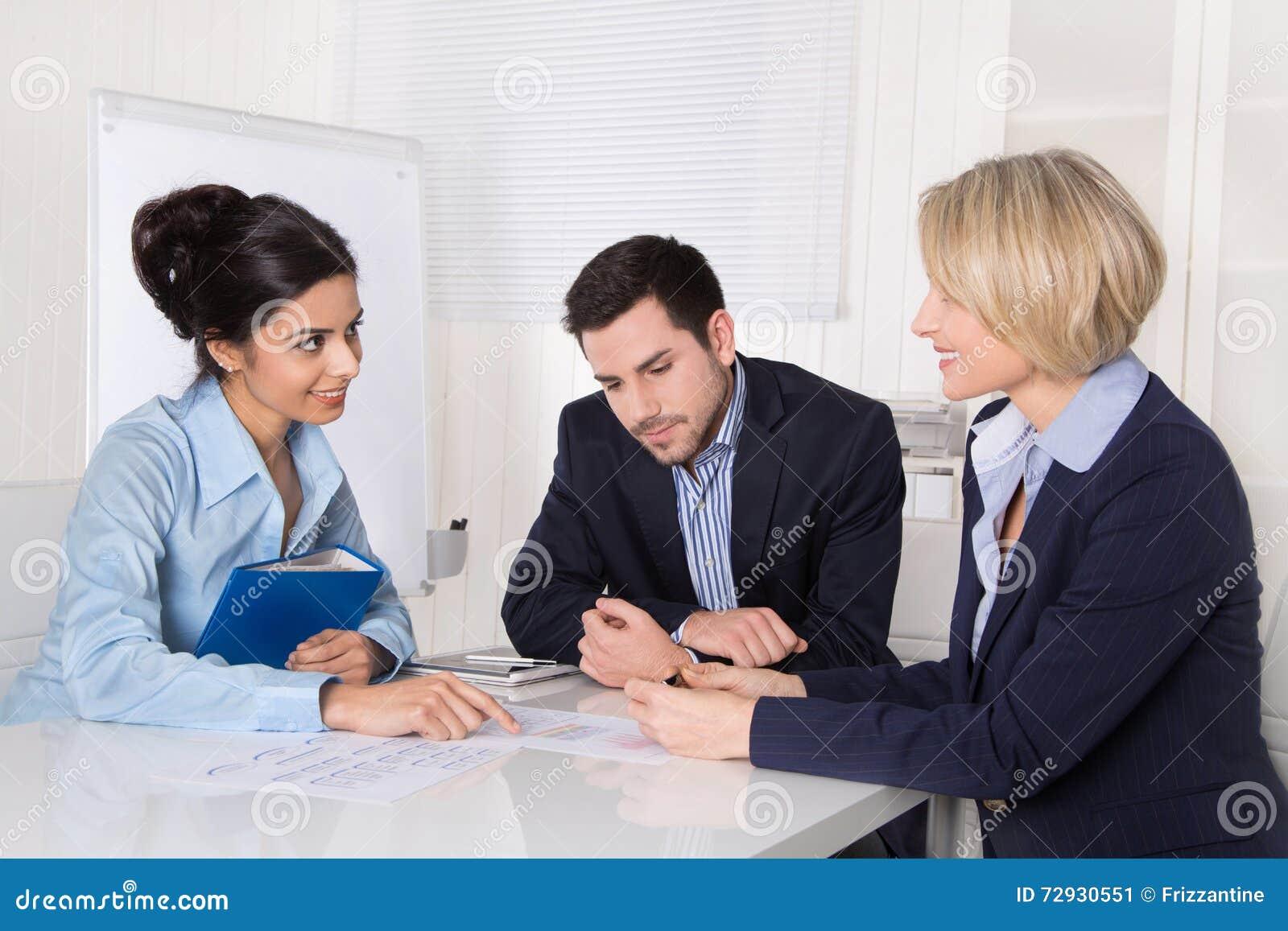 Biznesowego biznesmena cmputer biurka laptopu spotkania ja target1953_0_ target1954_0_ używać kobiety Trzy ludzie siedzi przy sto