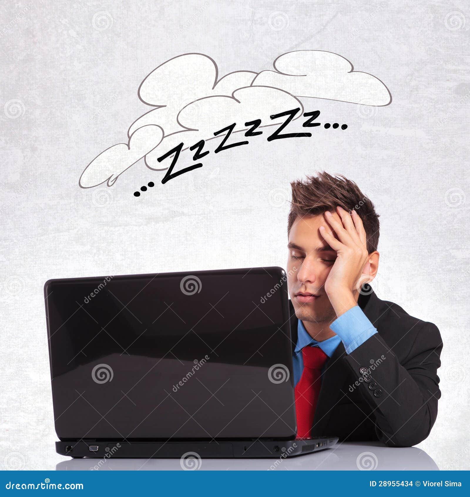 Biznesowego mężczyzna dosypianie na jego biurowym biurku