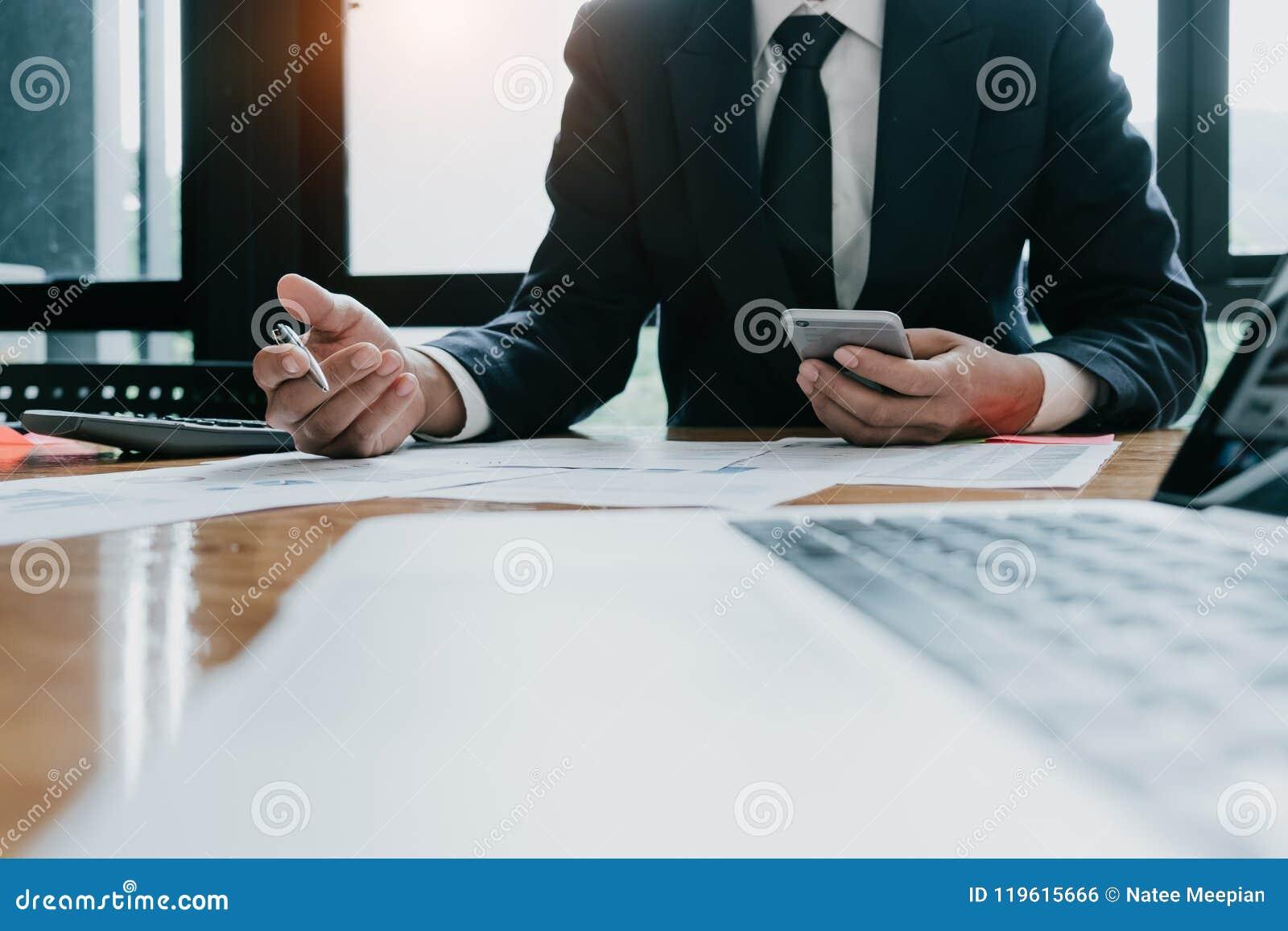 Biznesowego mężczyzna inwestorski konsultant analizuje firma rocznika fina