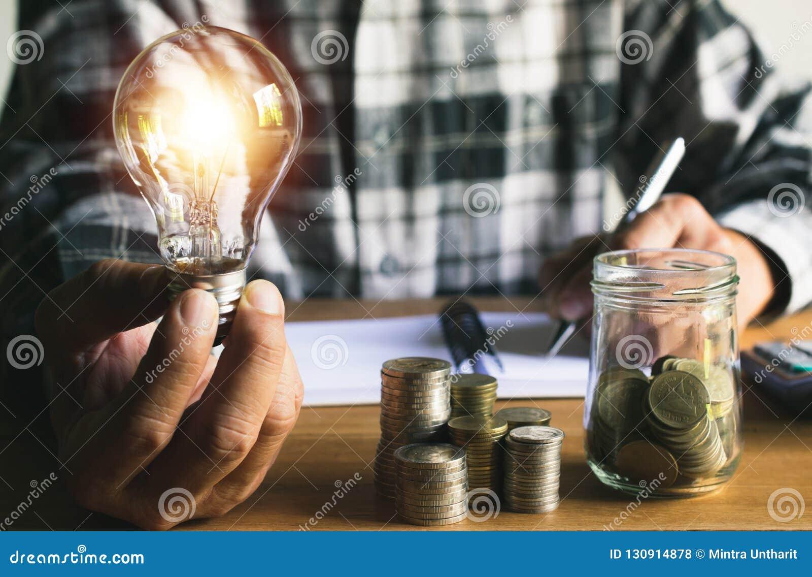 Biznesowego mężczyzna kładzenia moneta w szklanej butelki oszczędzania banku i accoun