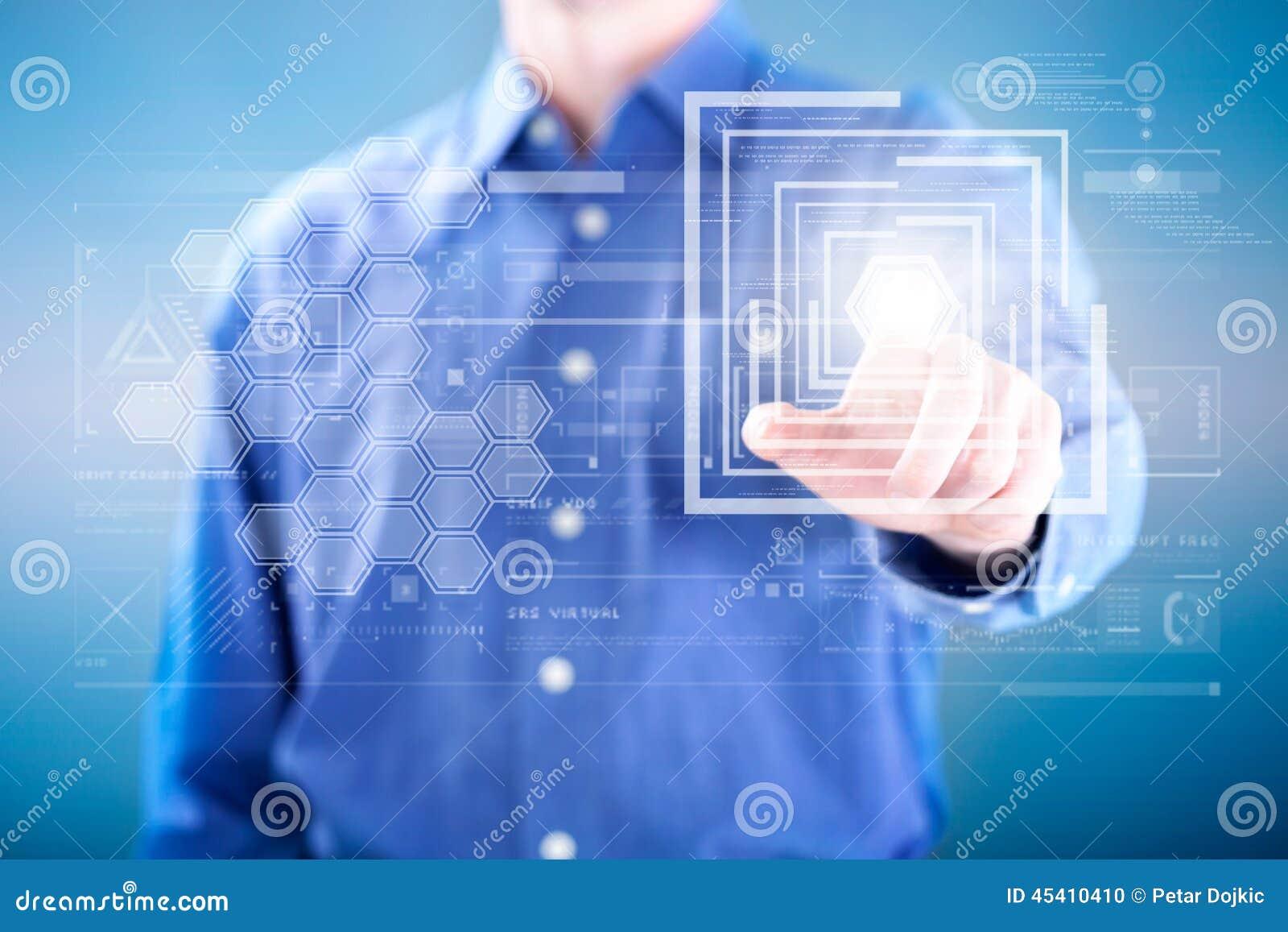 Biznesowego mężczyzna odciskanie na guziku cyfrowy wirtualny ekran