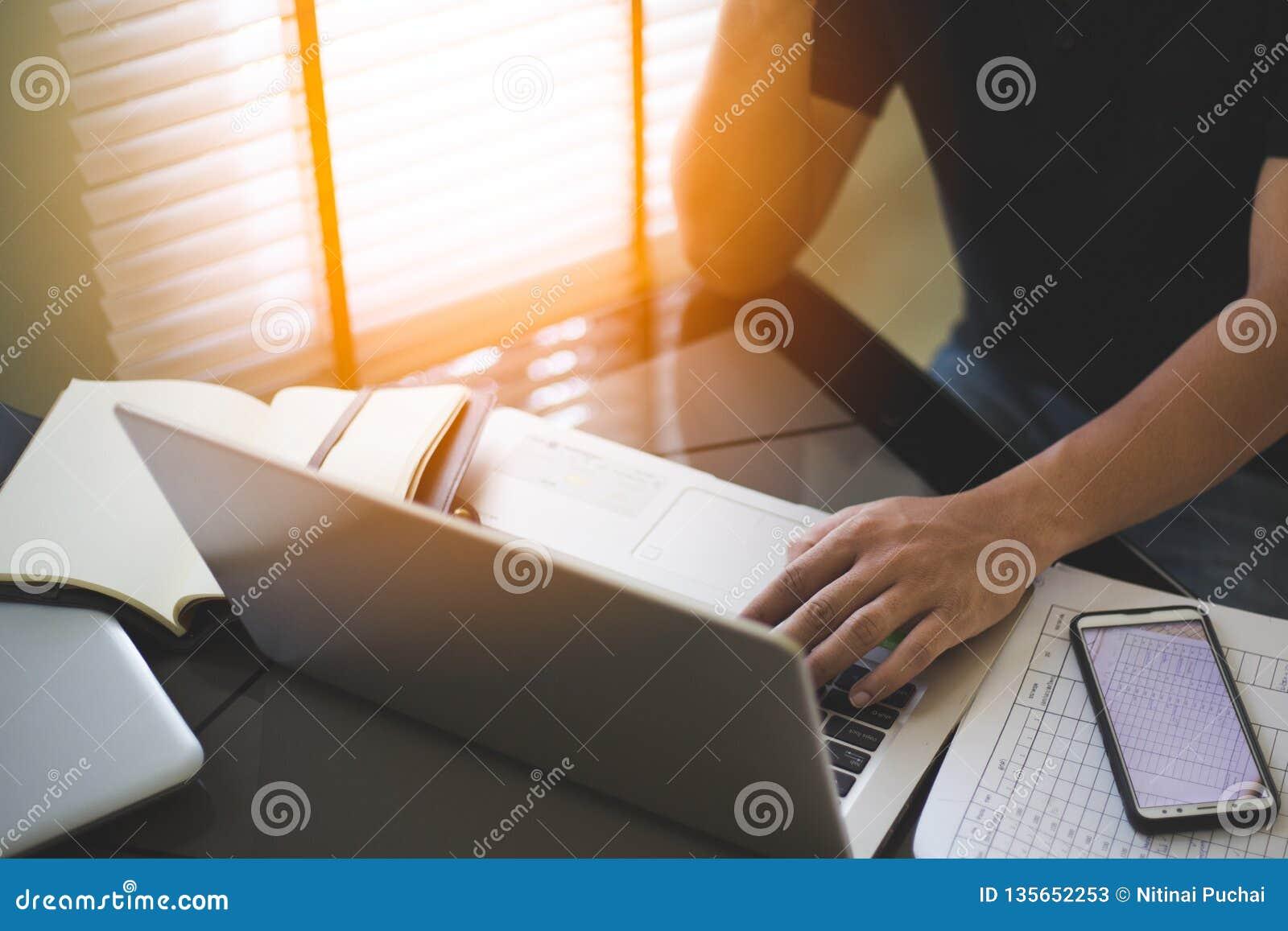 Biznesowego mężczyzny analiza na laptopie i działanie