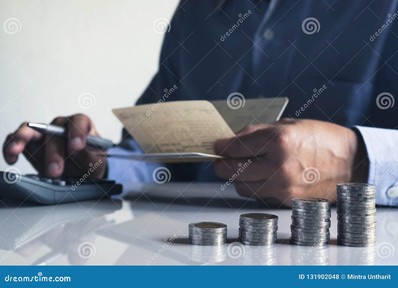 Biznesowego mężczyzny kładzenia moneta na stosie pieniądze oszczędzania bank i accou