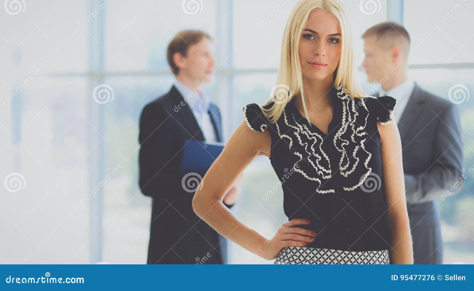 Biznesowej kobiety pozycja w przedpolu w biurze