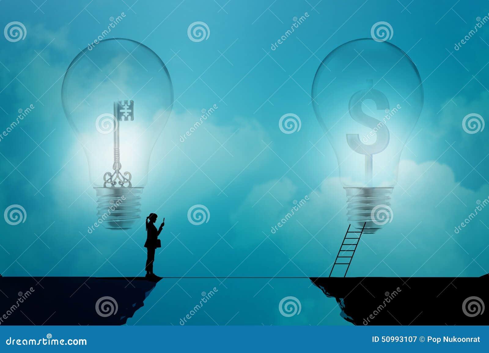 Biznesowej kobiety stojak na falezie z kluczowym i dolarowym podpisuje wewnątrz żarówki na błękitnym tle, biznesowy pojęcie