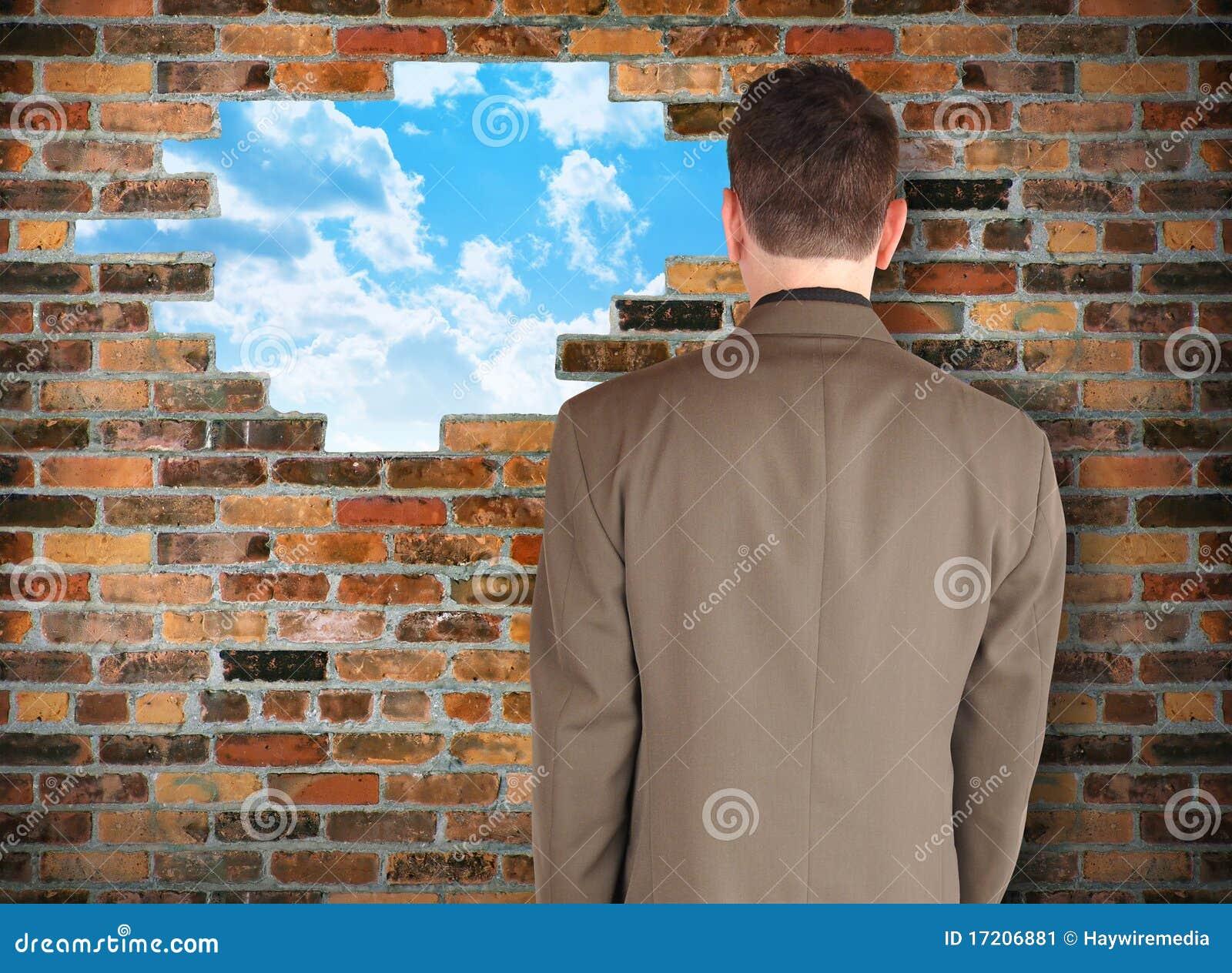 Biznesowej nadzieja przyglądająca mężczyzna ściana