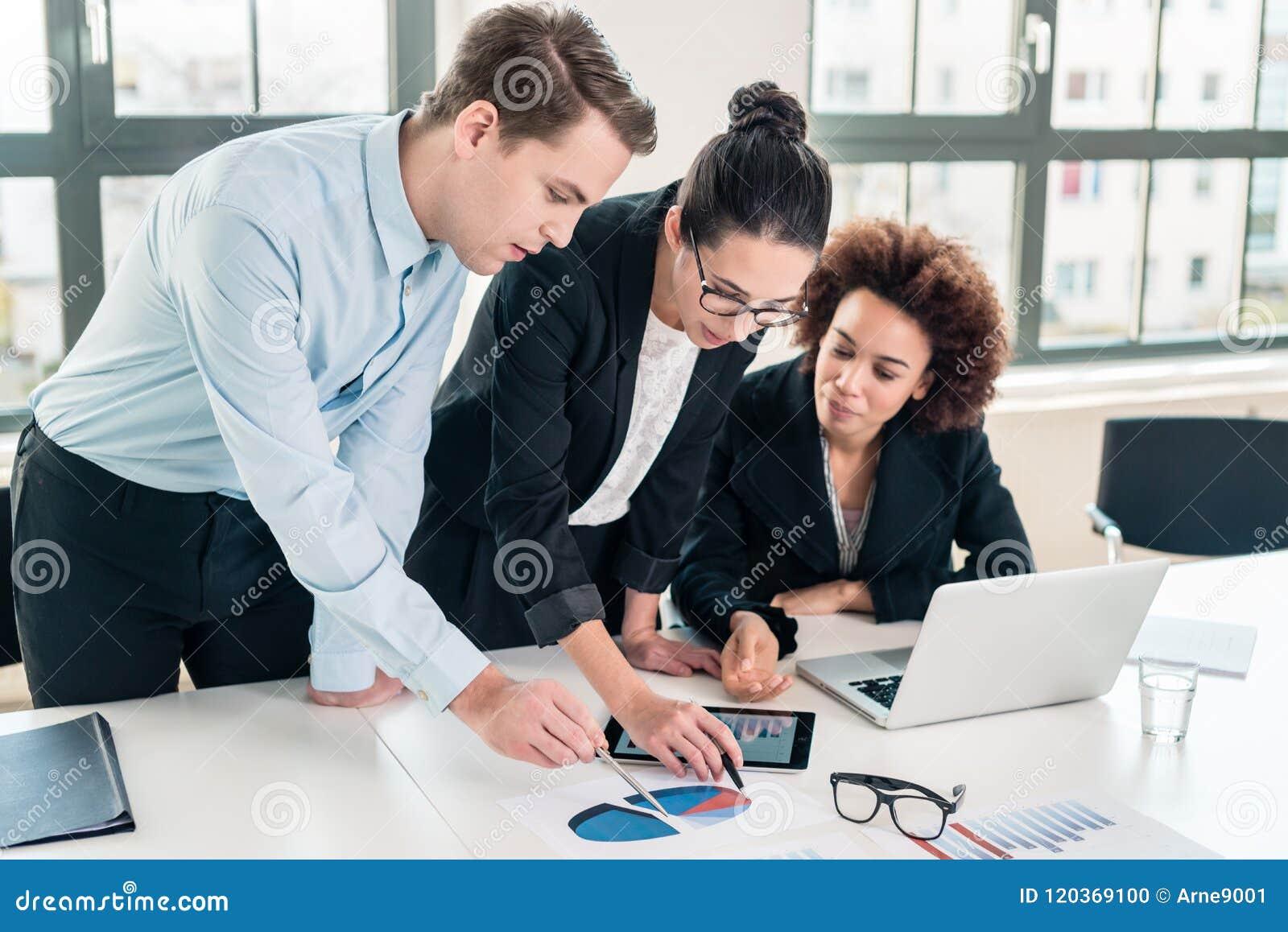 Biznesowi eksperci interpretuje pasztetową mapę drukującą na papierze