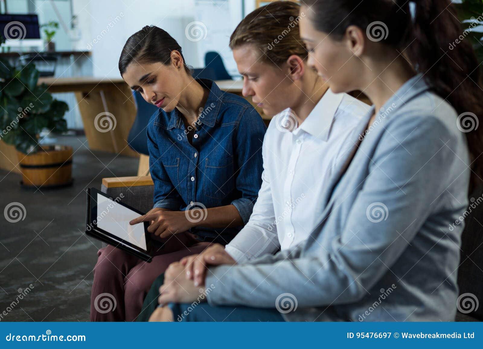 Biznesowi koledzy Dyskutuje Nad Cyfrowej pastylką