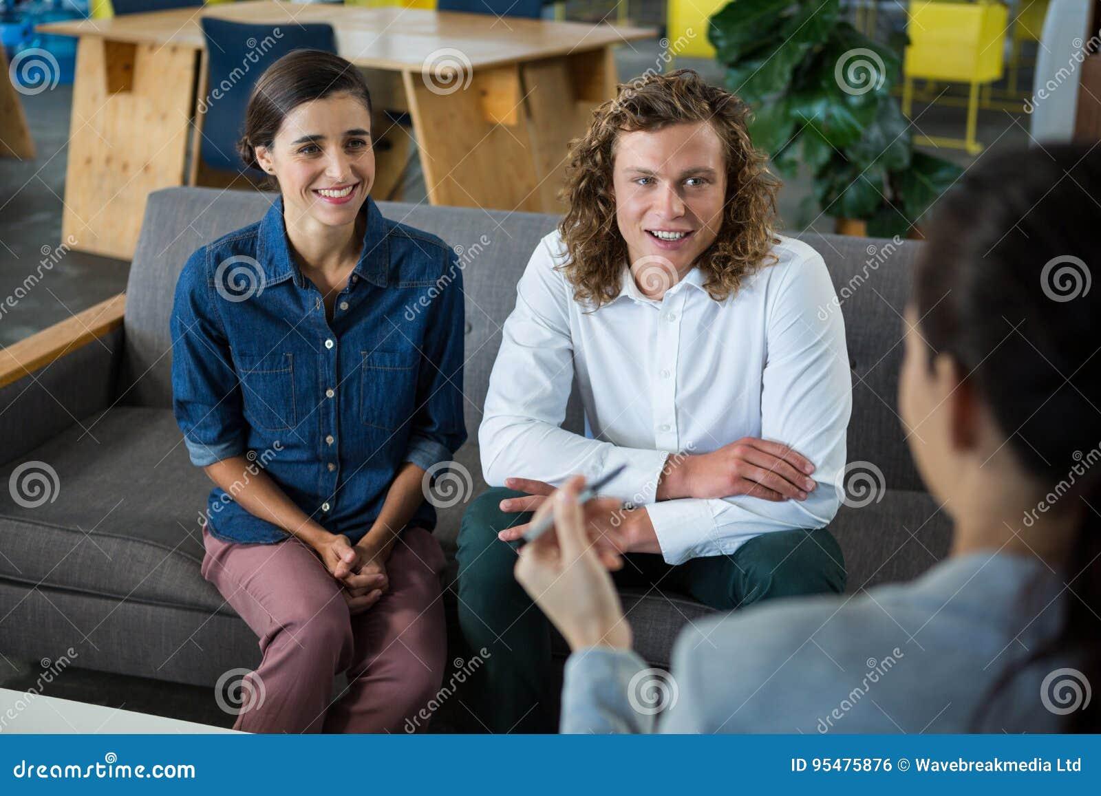 Biznesowi koledzy ma spotkania w biurze
