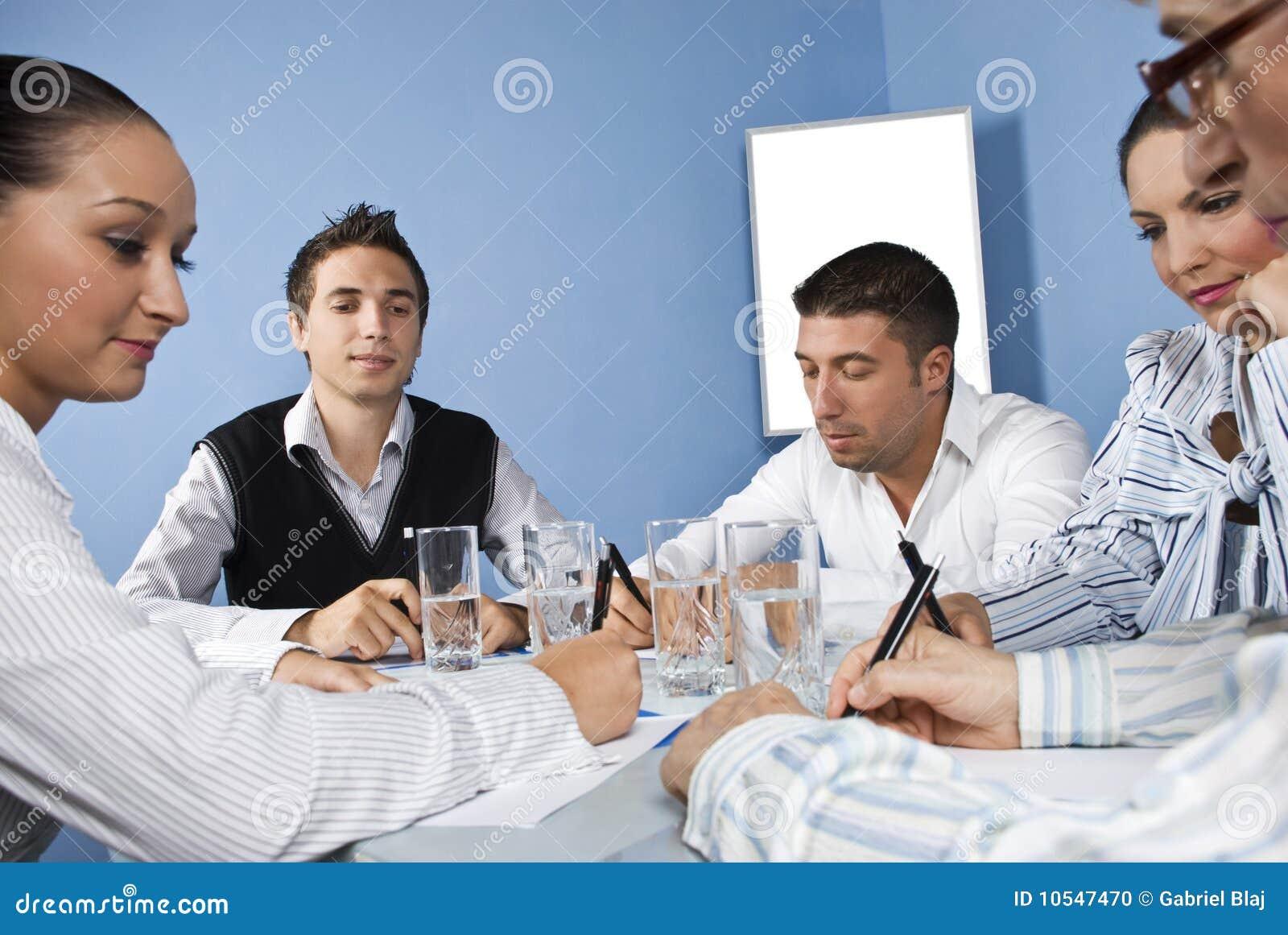 Biznesowi spotkania środka urzędnicy