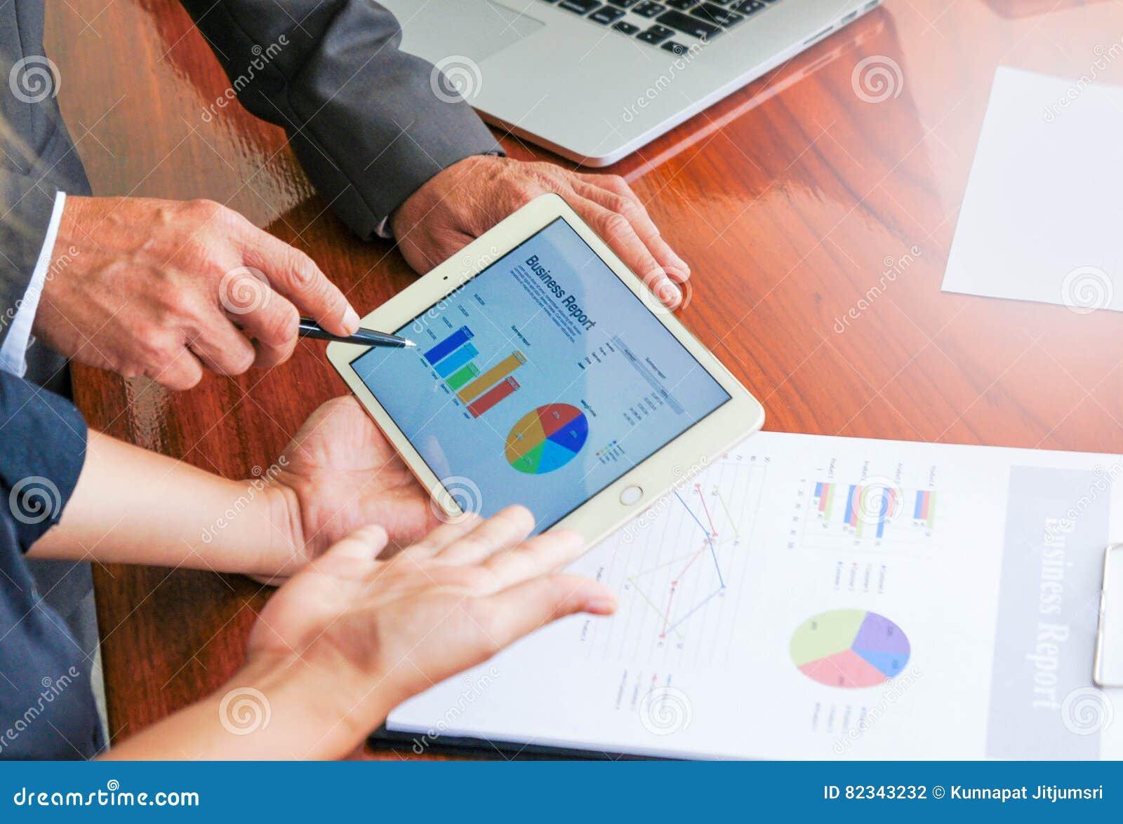 Biznesowi spotkania, dokumenty, sprzedaży analiza, analiza Wynikają