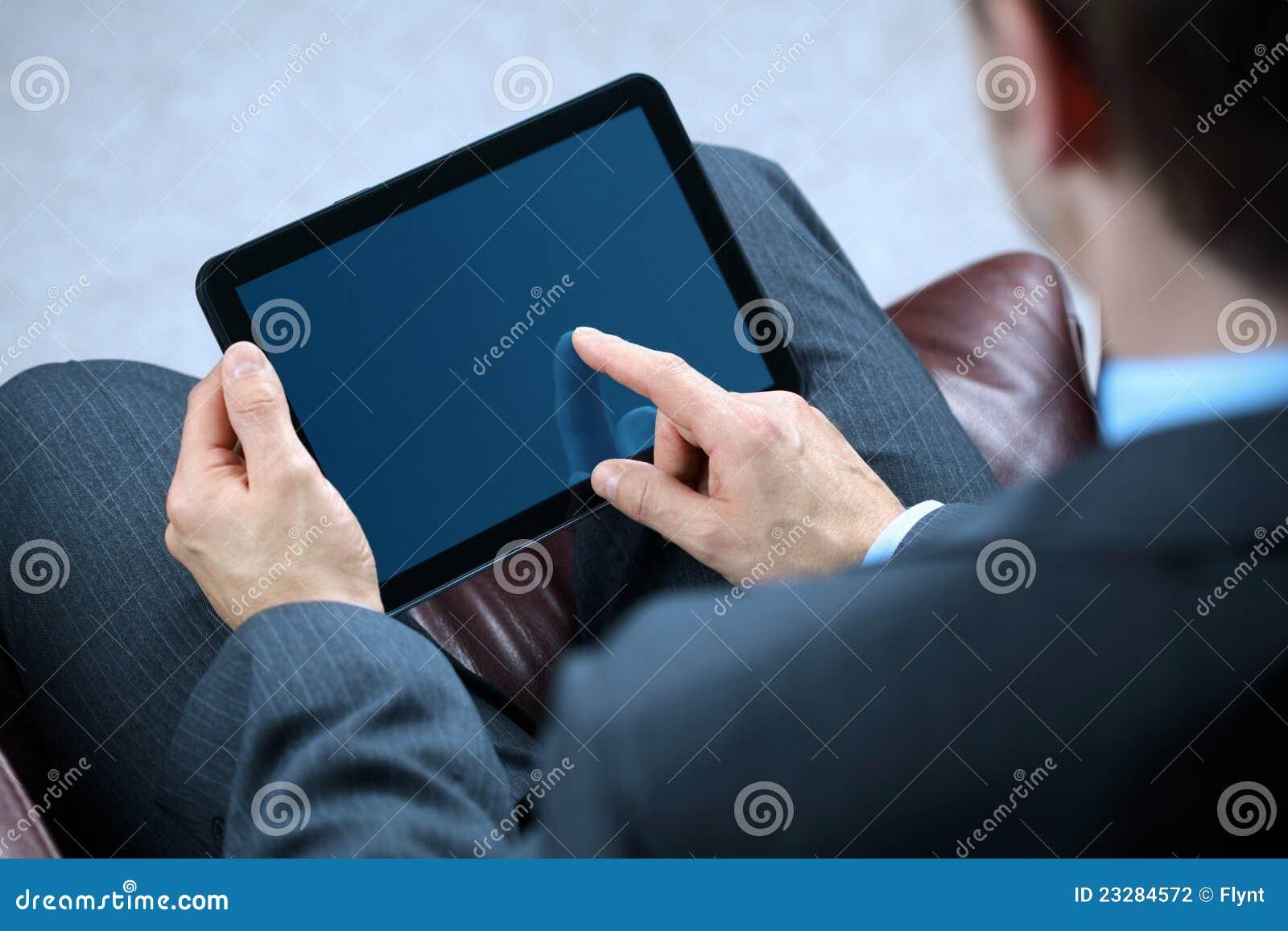 Biznesowy cyfrowy mężczyzna pastylki działanie