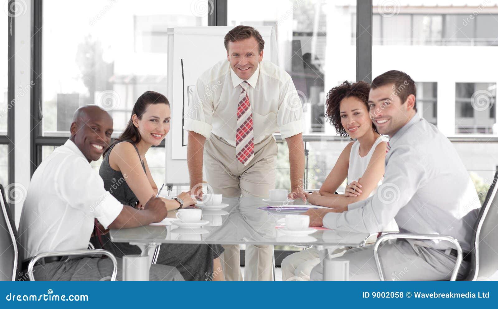 Biznesowy daje mężczyzna prezentaci senior