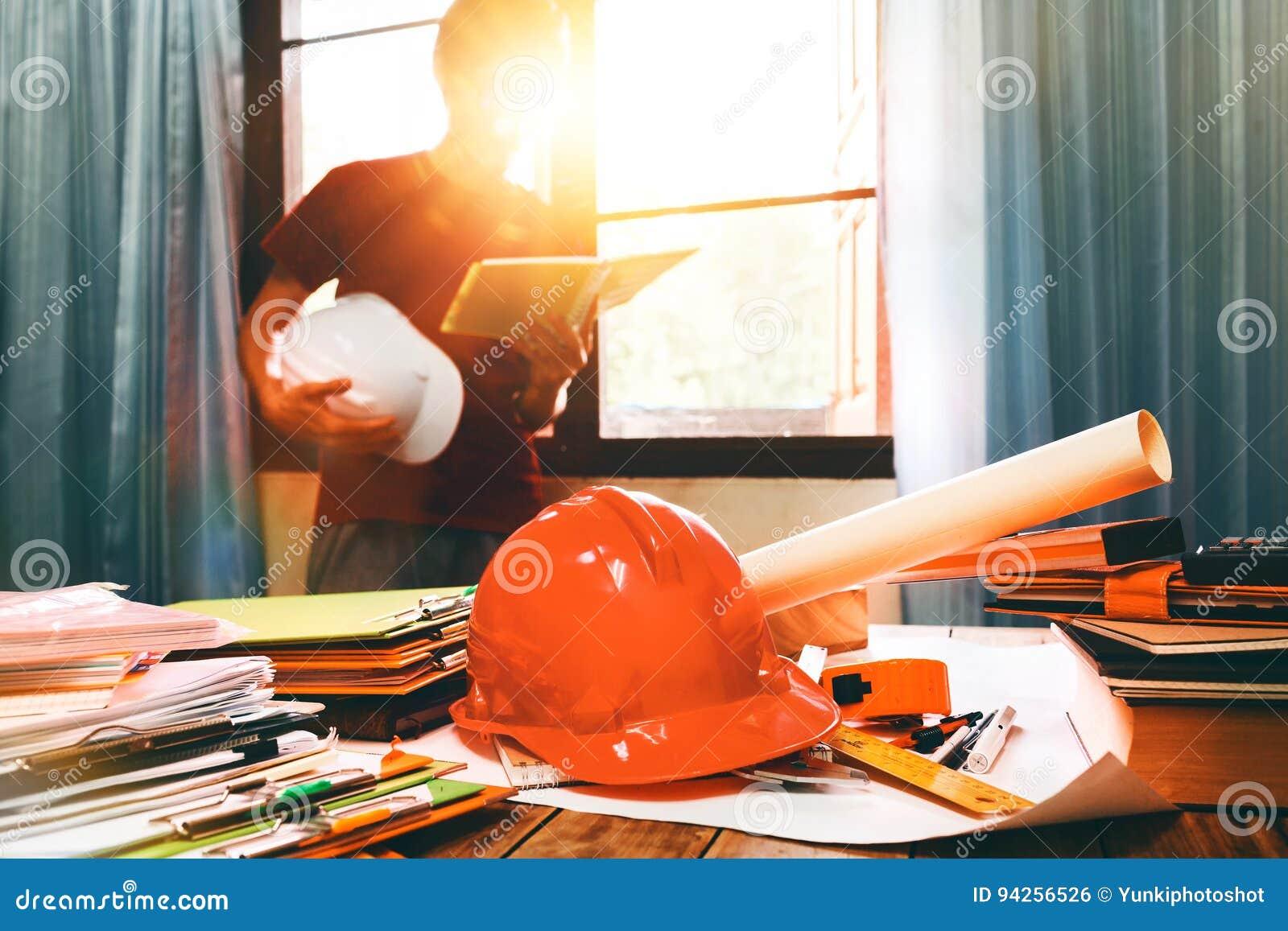 Biznesowy inżynier pracuje mocno przy jego biurkiem w mieszkanie domu bui