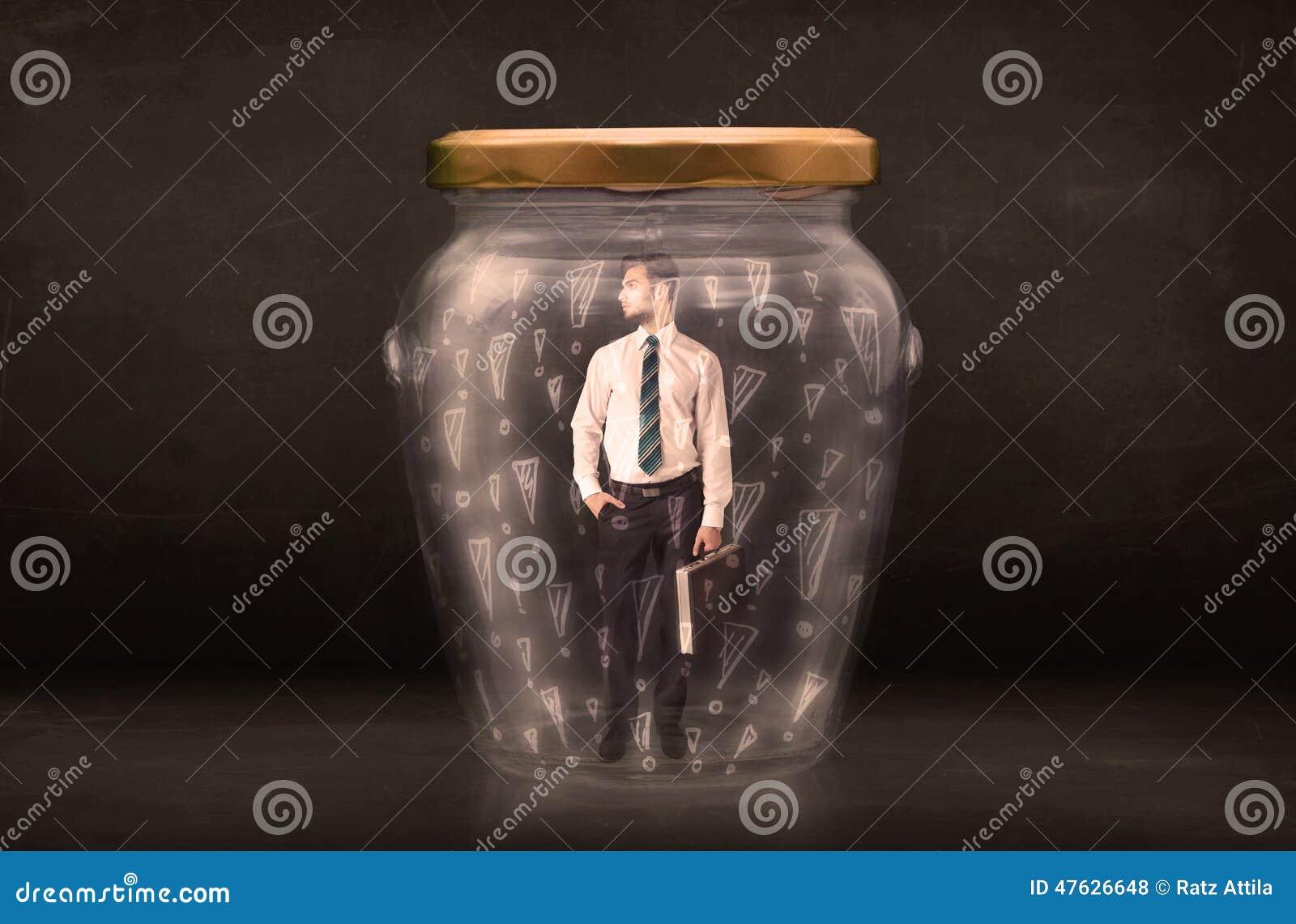 Biznesowy mężczyzna łapać w pułapkę w słoju z okrzyk ocen pojęciem