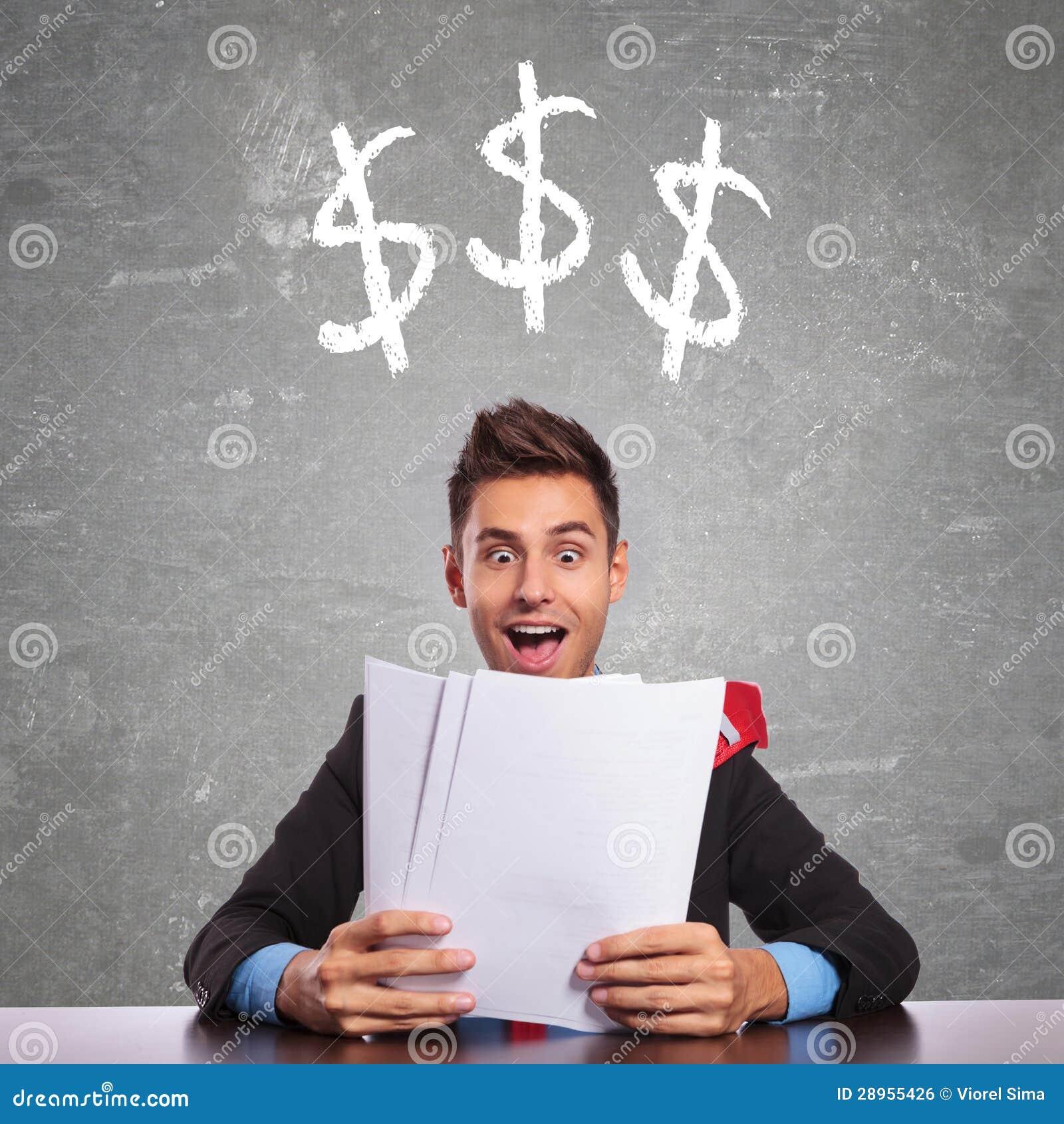 Biznesowy mężczyzna czyta o co zarabia